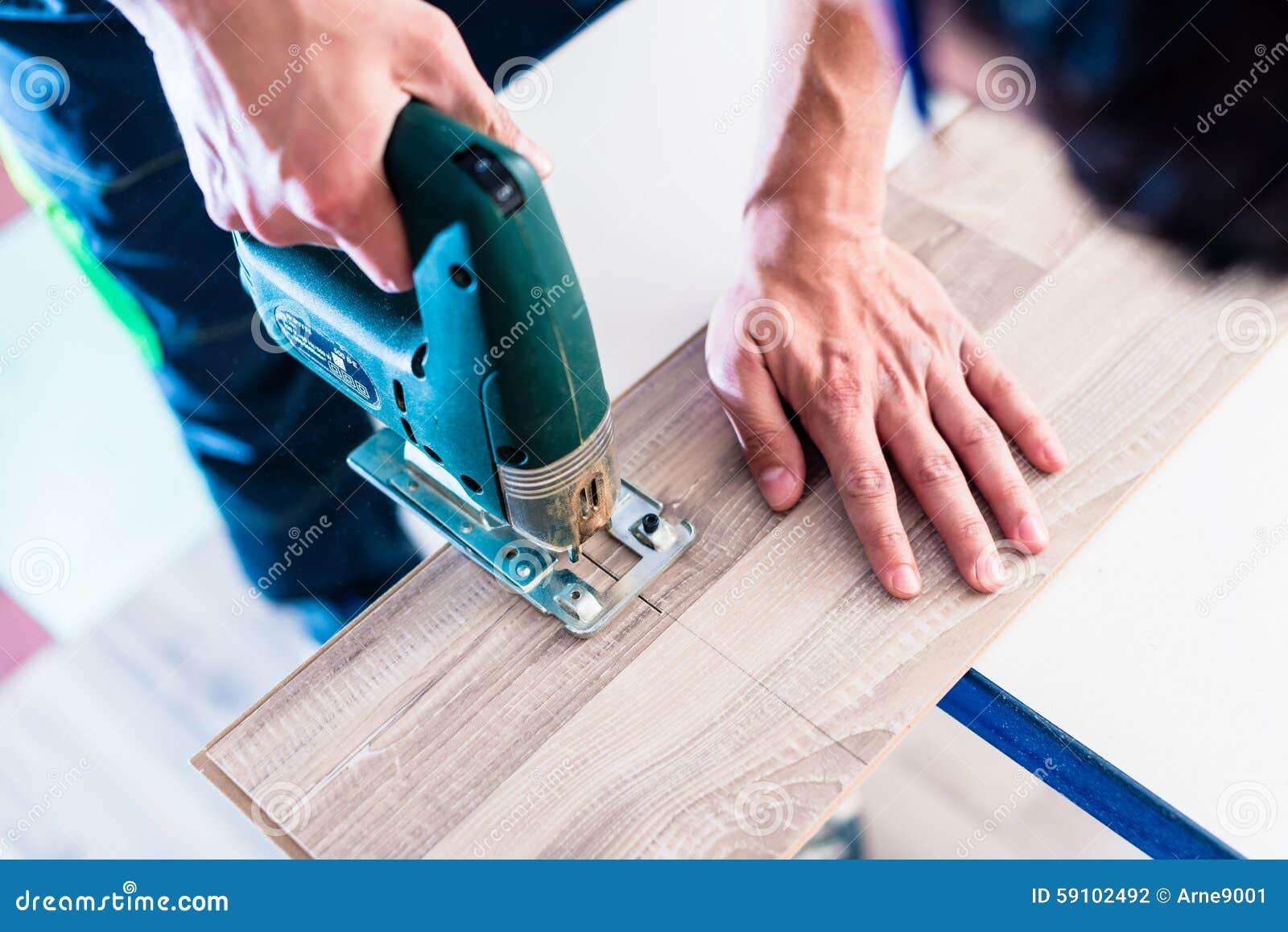 切开与夹具的DIY工作者木盘区看见了