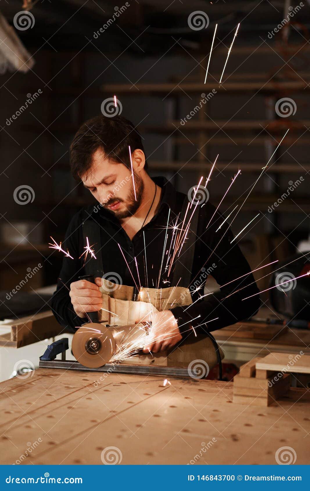 切开与许多锋利的火花的工业木匠工作者金属在一个工作台在木匠业车间 选择焦点