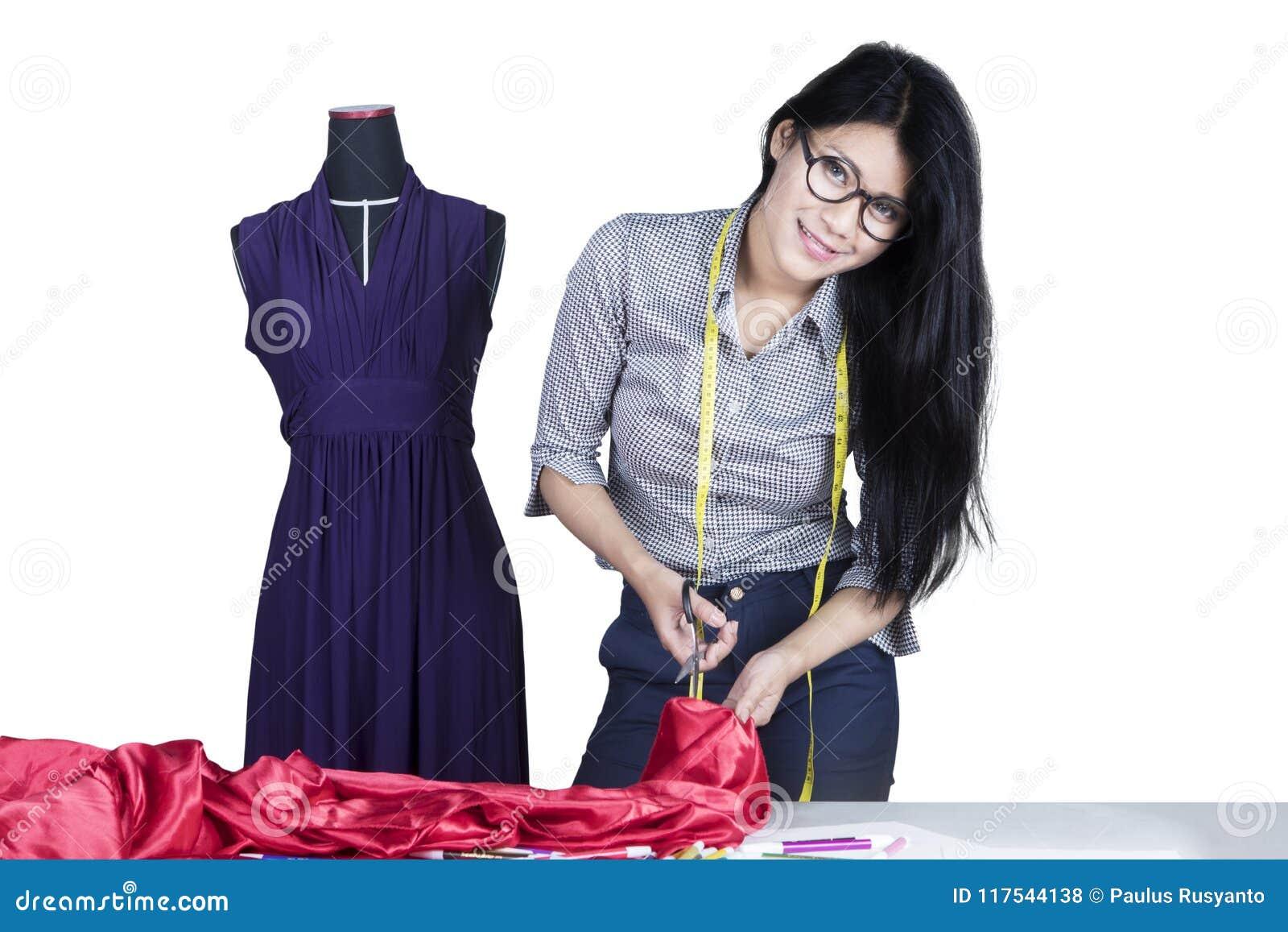 切开在演播室的时装设计师一种织品