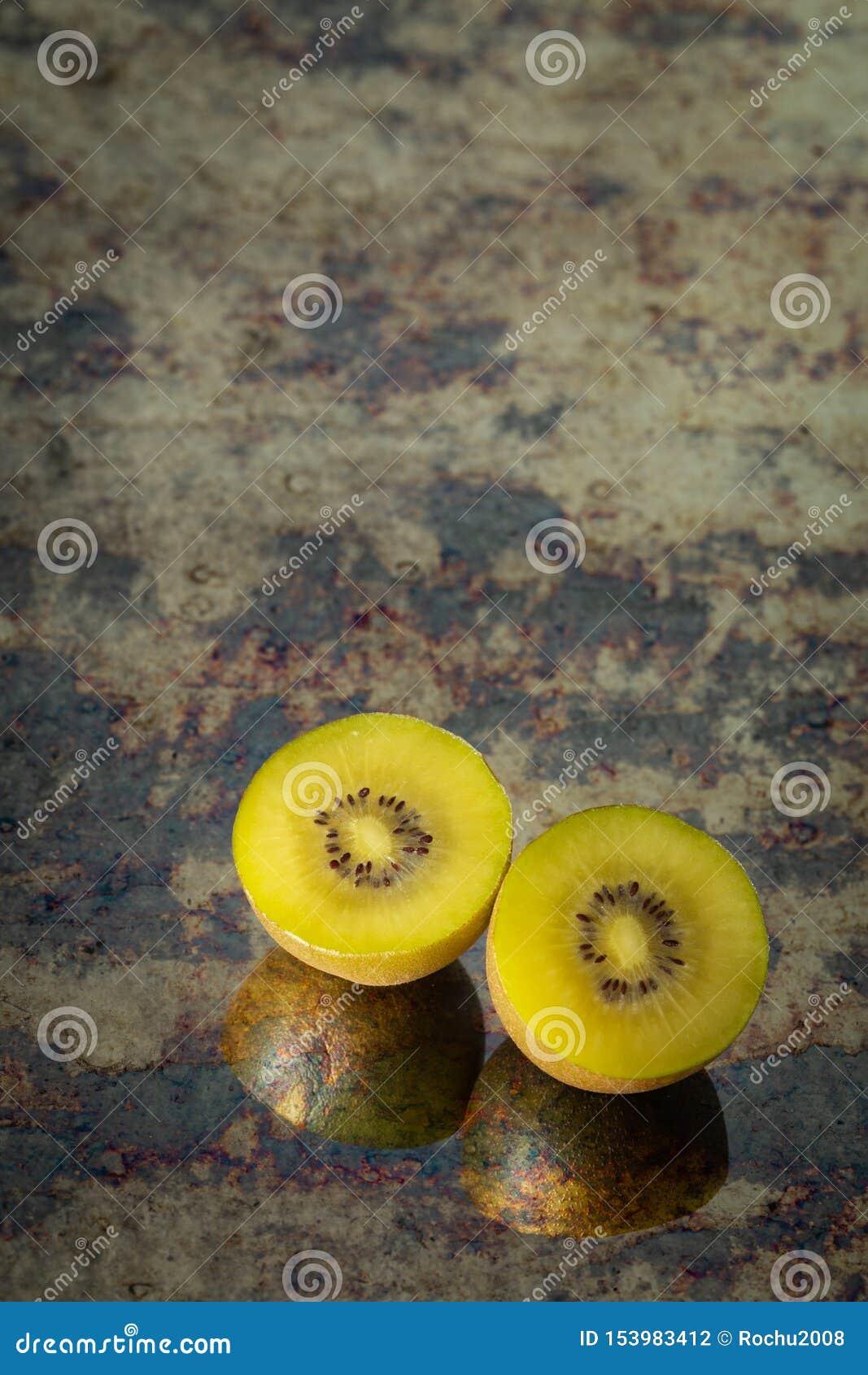 切开金黄猕猴桃,文本的地方