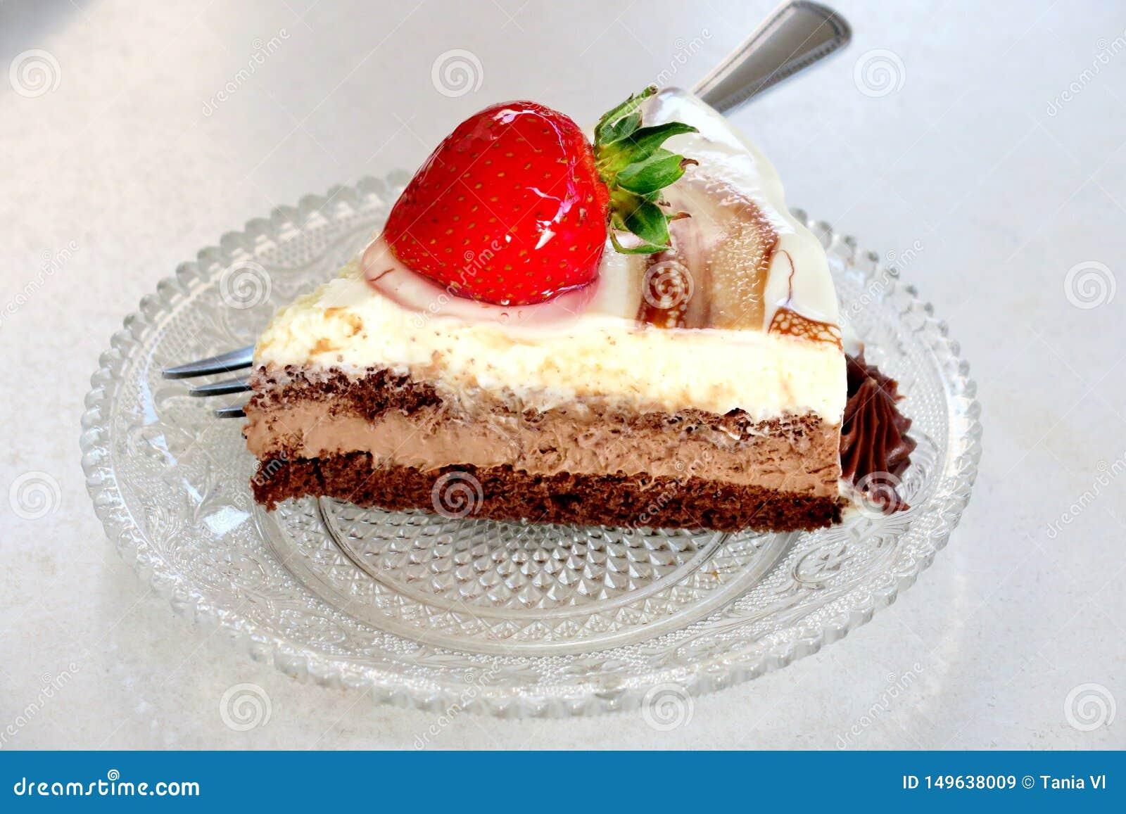 切片三不同层蛋糕用在一块小板材的草莓