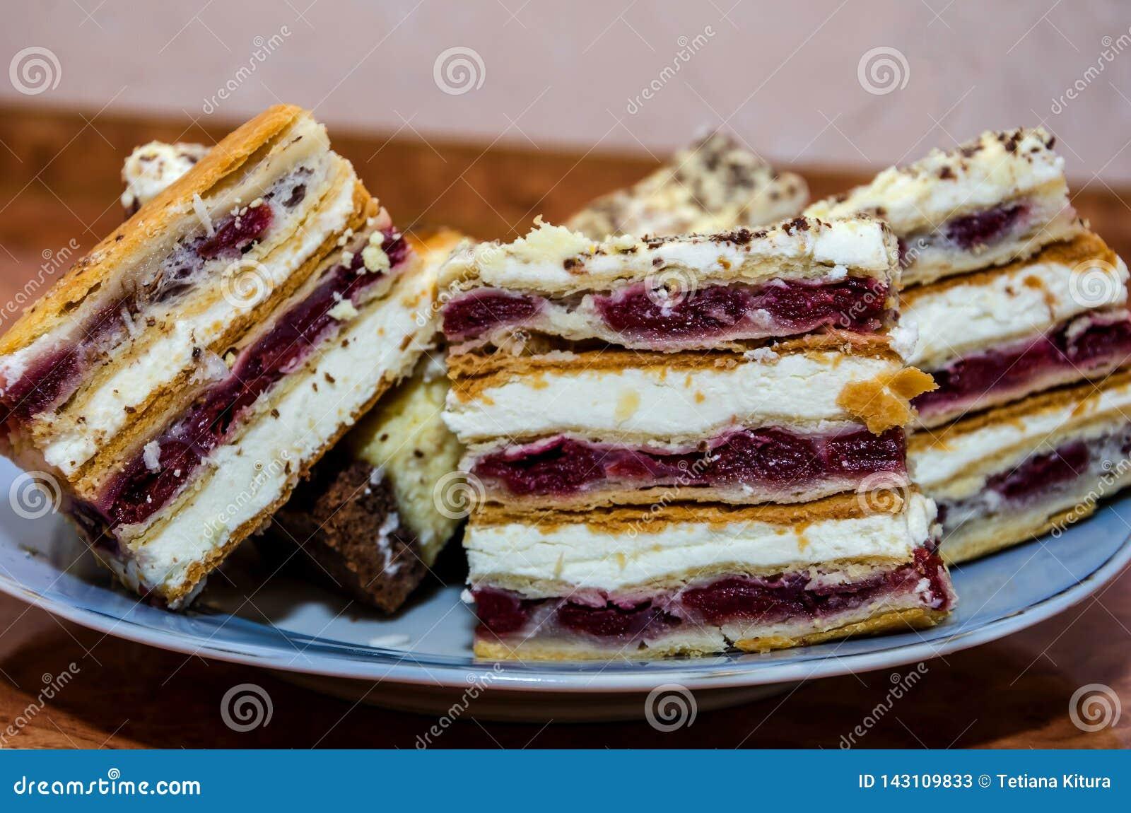_切片切蛋糕在板材特写镜头