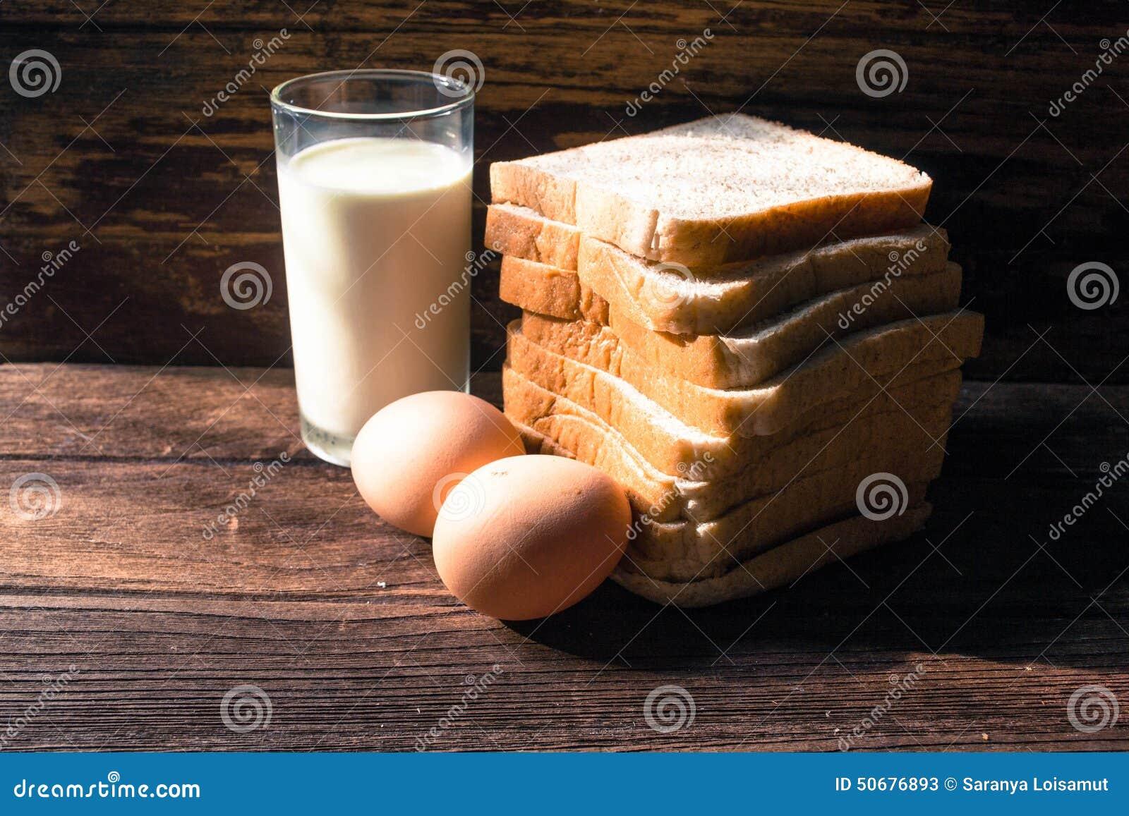Download 切片在木背景添面包,怂恿并且挤奶 库存图片. 图片 包括有 大面包, 可口, 经纪, 厨房, 新鲜, 巴西 - 50676893
