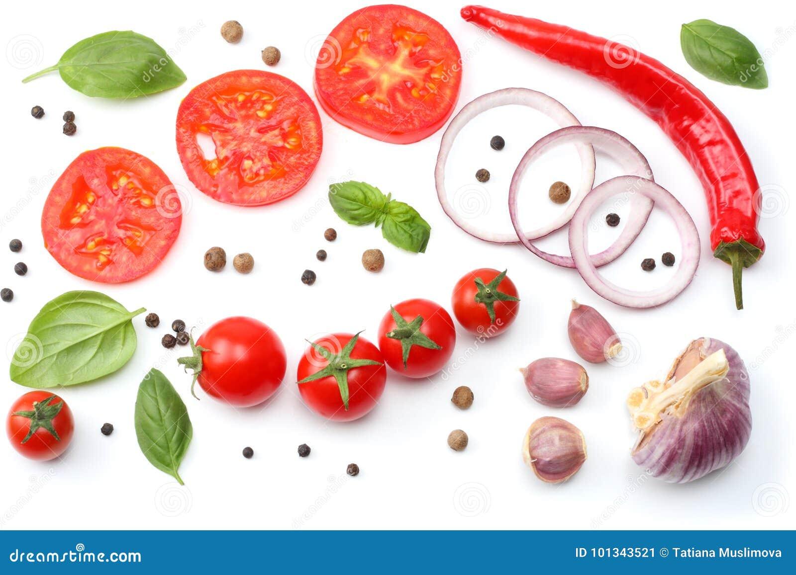 切的红洋葱、炽热辣椒、在白色背景和香料隔绝的蕃茄、大蒜 顶视图