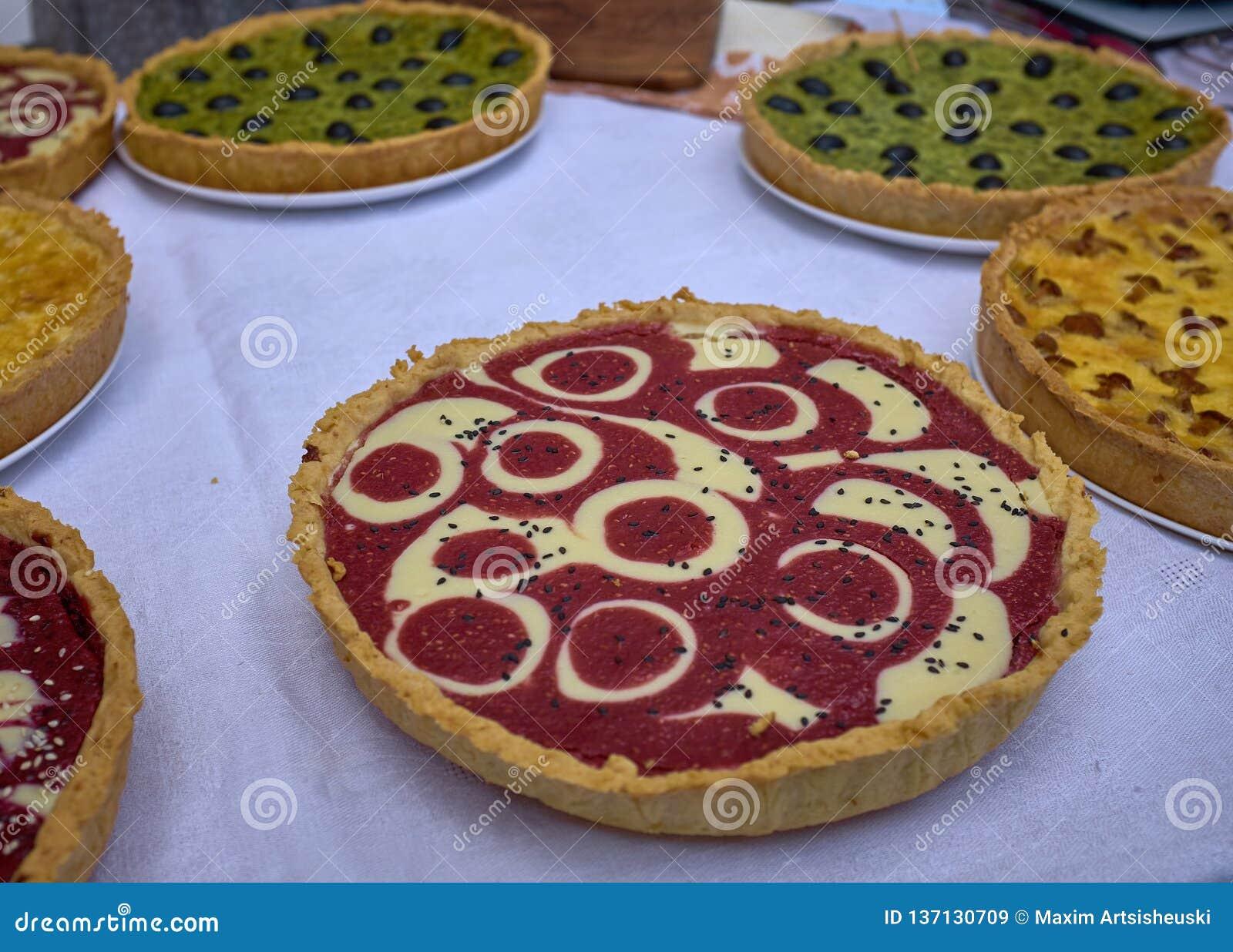 切的莓和橄榄色的饼在白色桌上