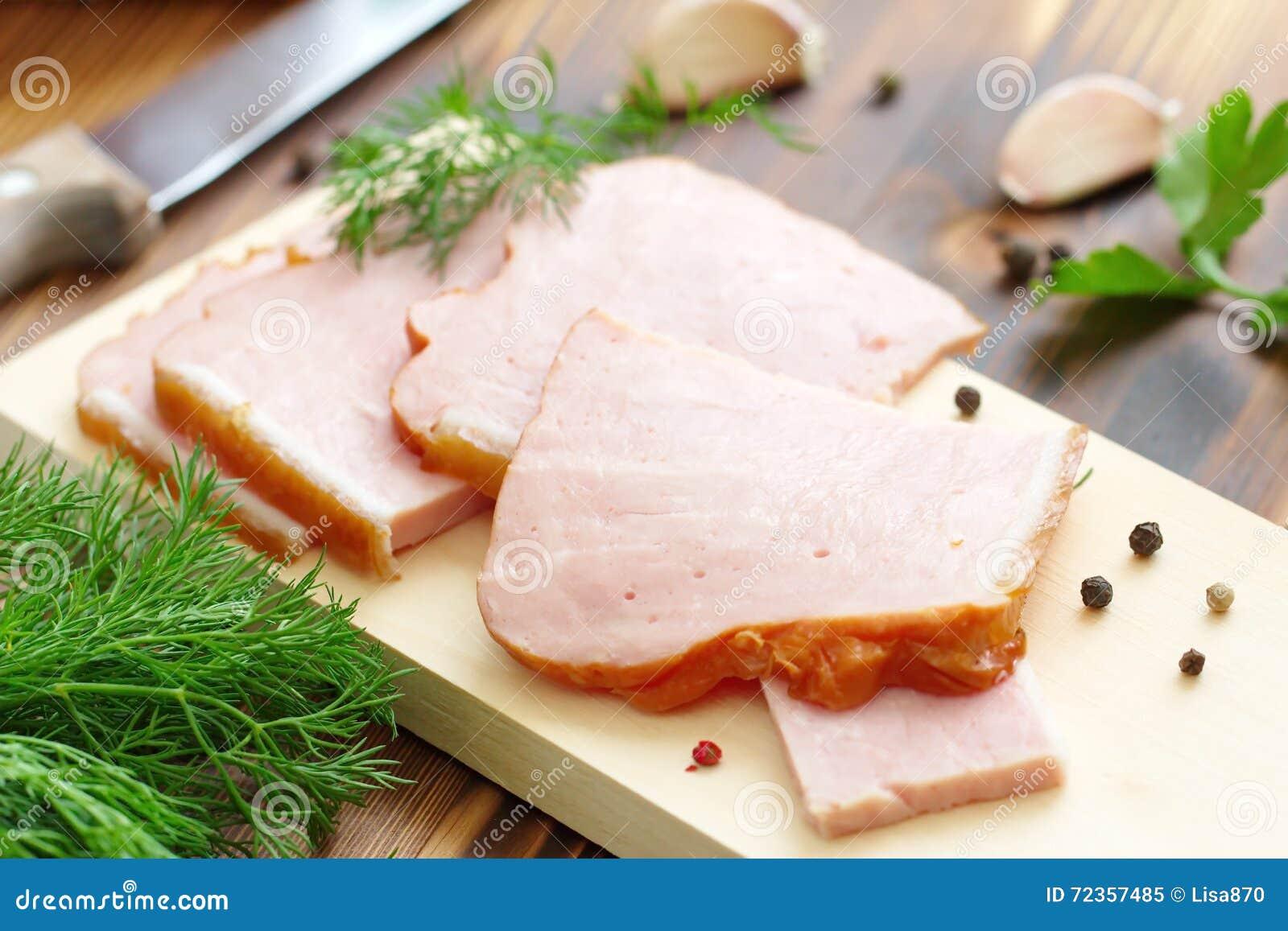 切的被烘烤的肉用大蒜和香料
