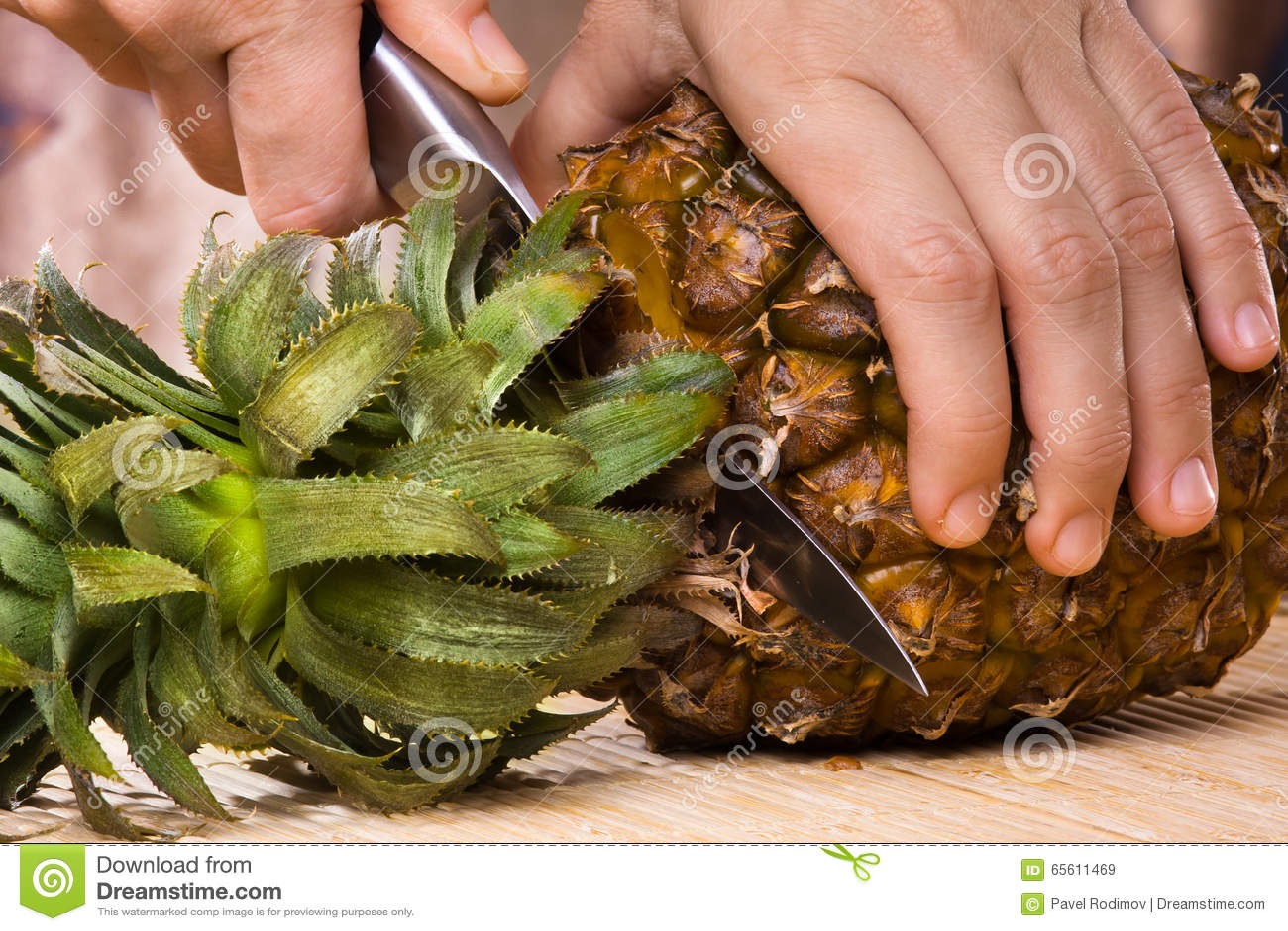 切了手的照片_切菠萝的手 库存照片 - 图片: 65611469