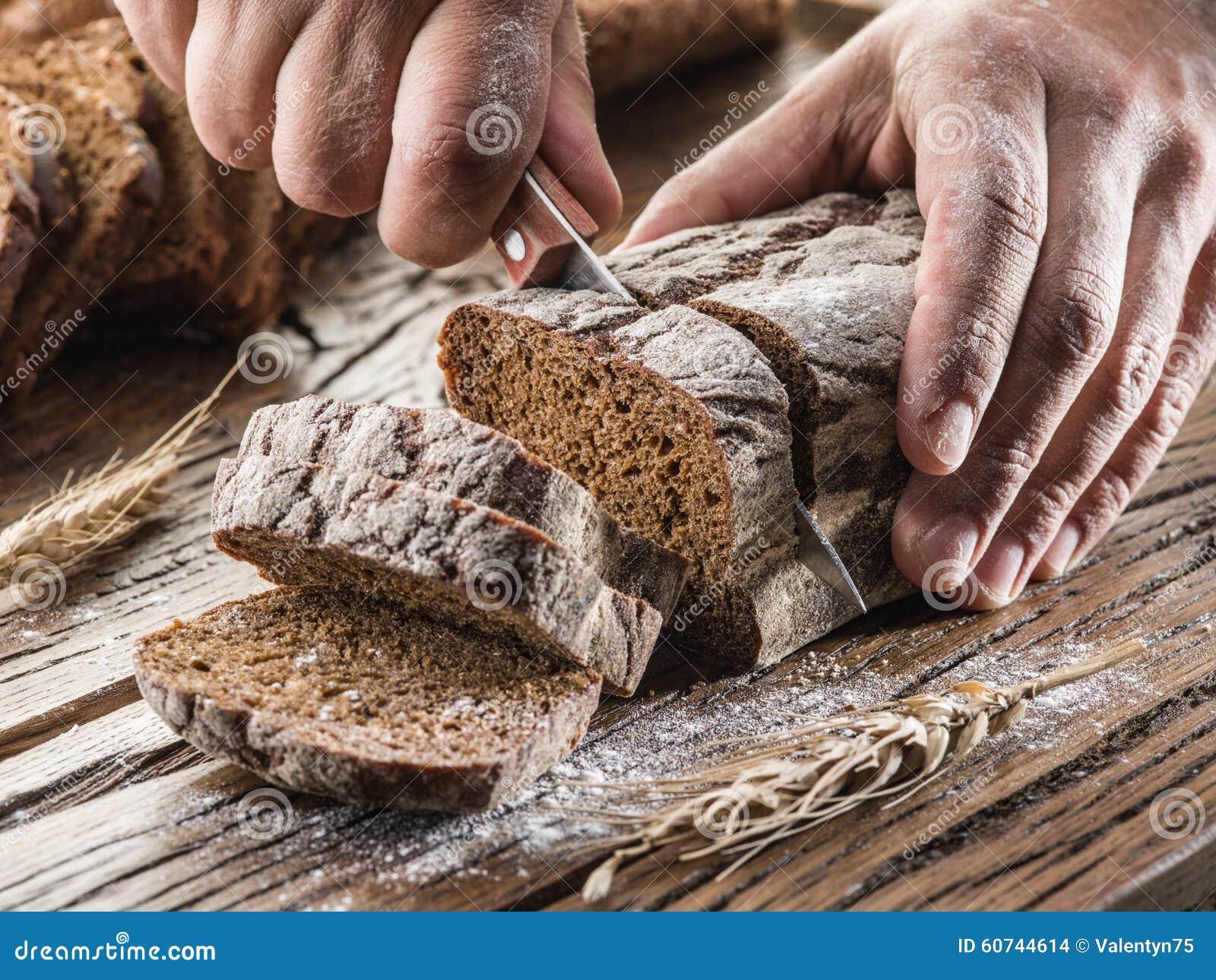 切了手的照片_切面包的人的手 库存照片 - 图片: 60744614