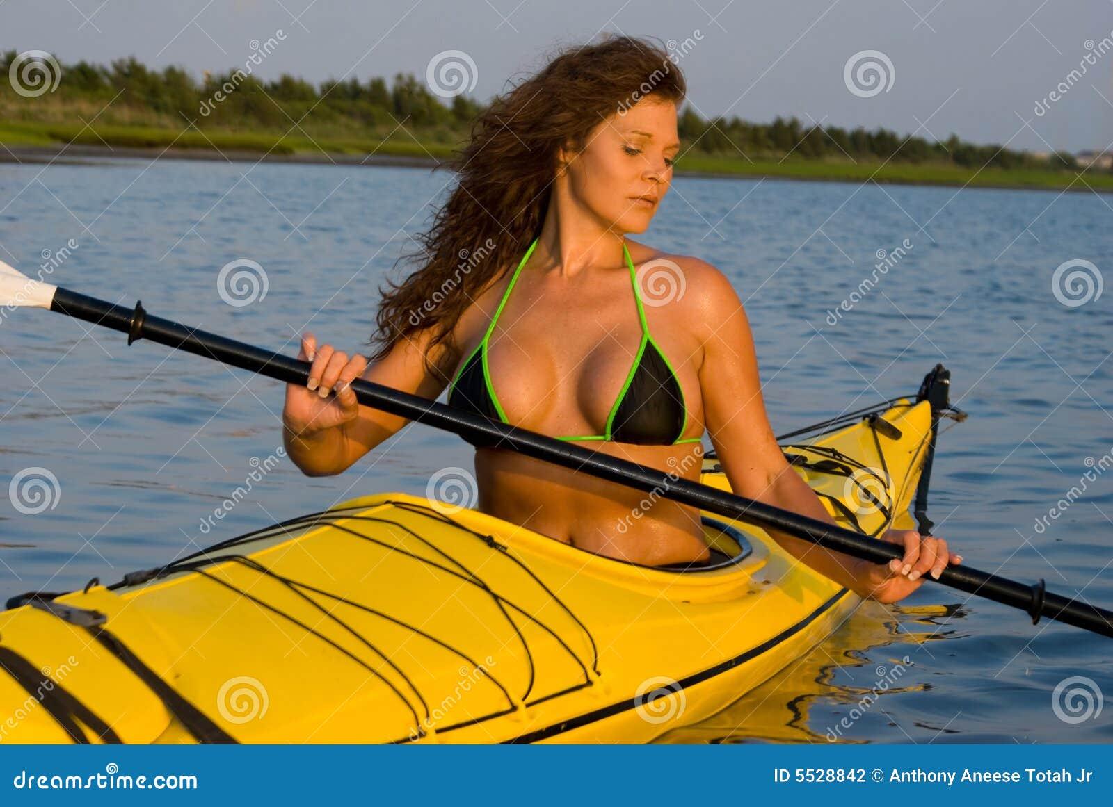 划皮船的妇女