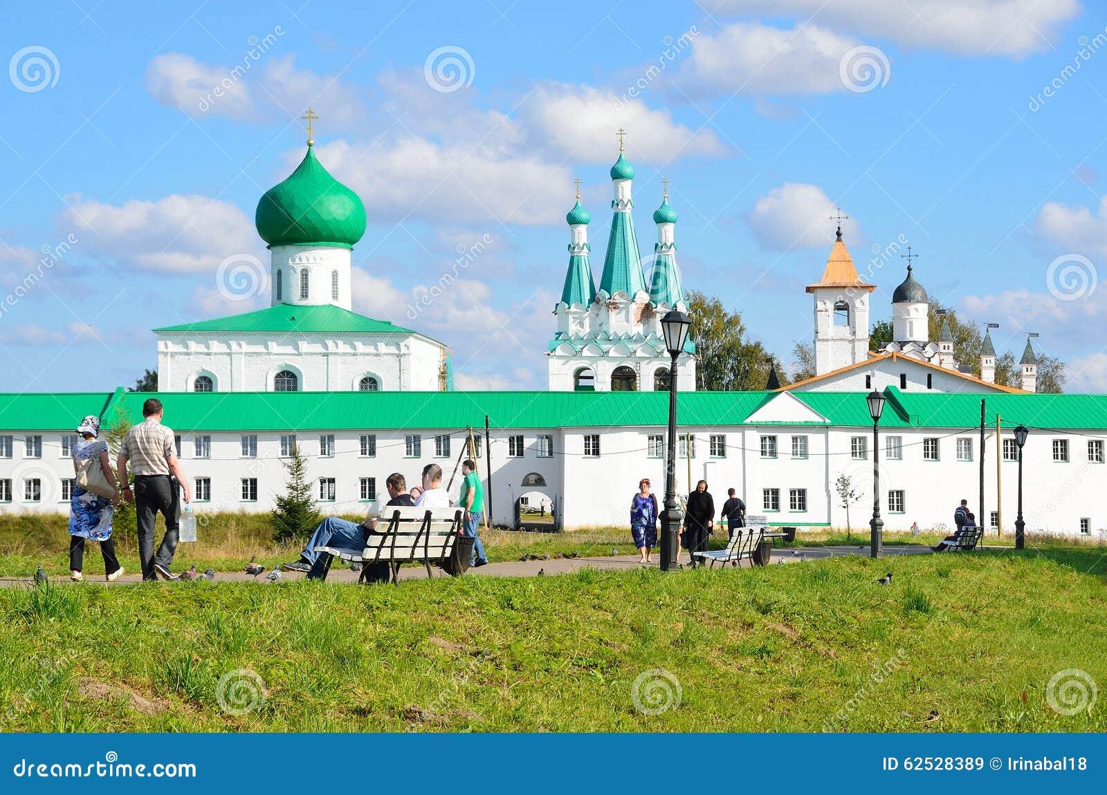 列宁格勒地区,俄罗斯, 2015年9月, 13日,走在Svyatotroitsky亚历山大Svirsky修道院附近的人们