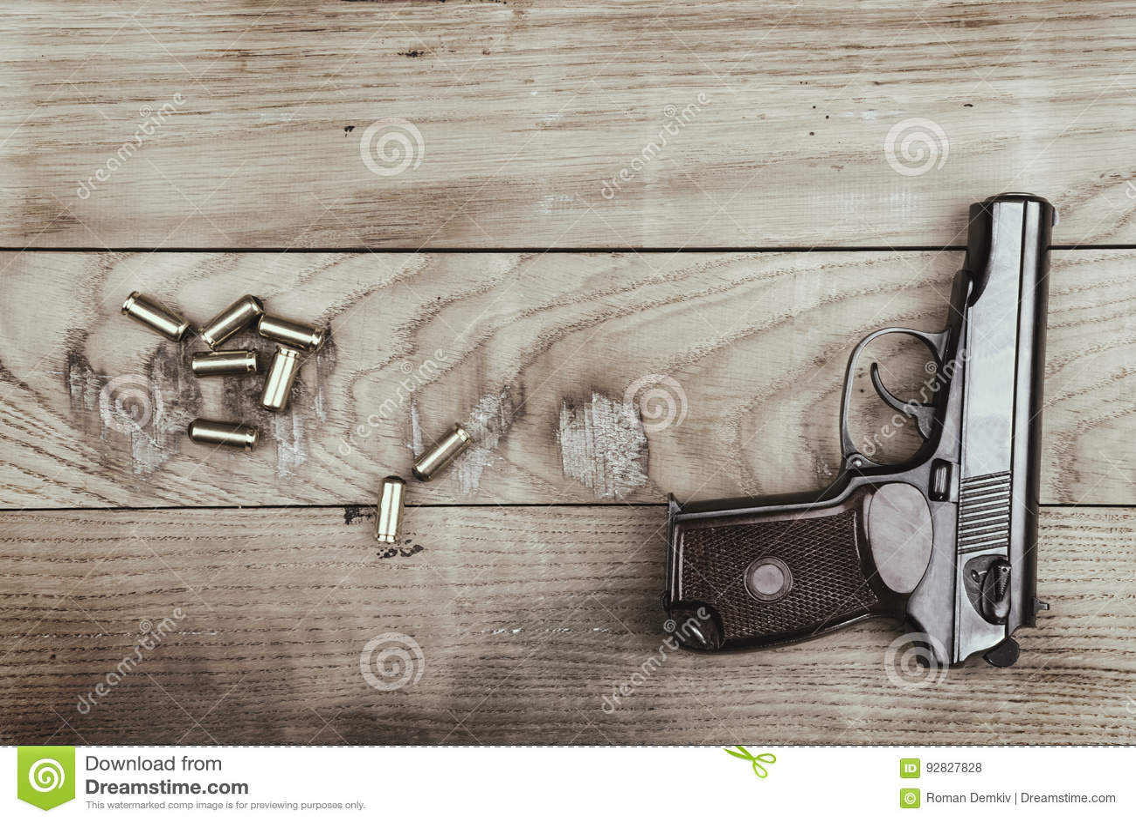 创伤手枪用子弹和弹药筒木表面上,葡萄酒作用