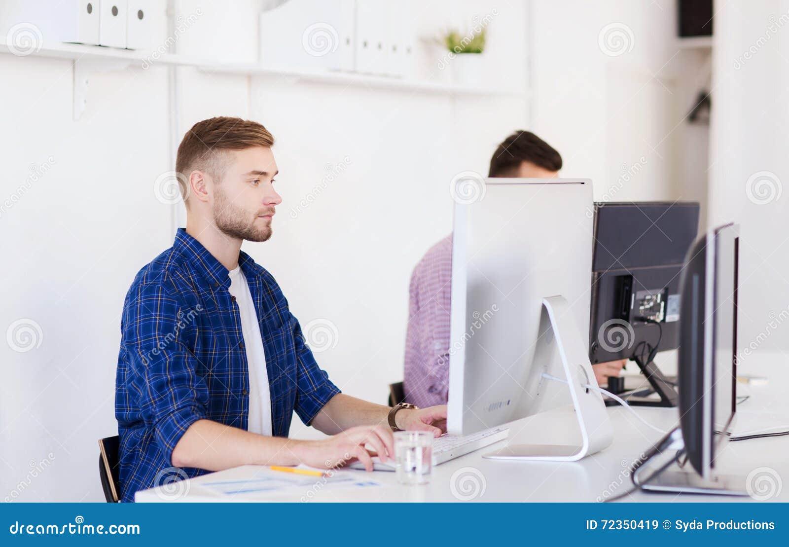 创造性的人或学生有计算机的在办公室