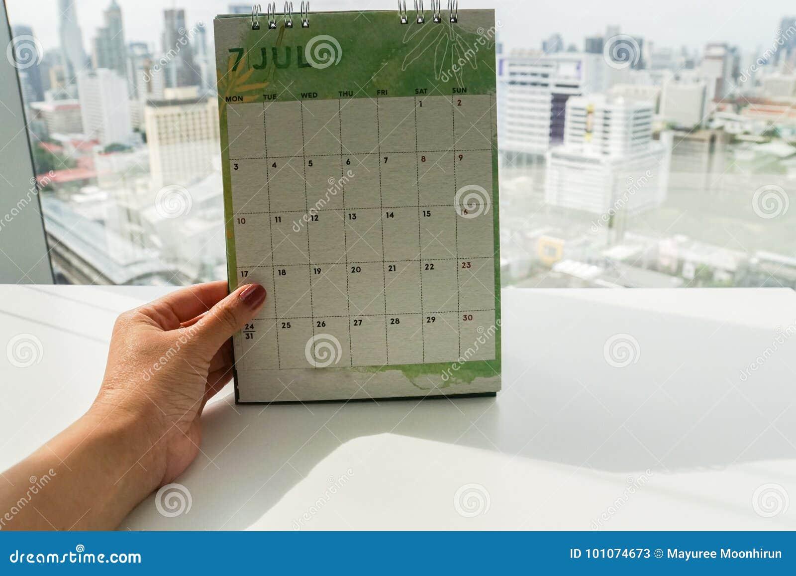 创造性的设计7月日历的被隔绝的妇女举行嘲笑