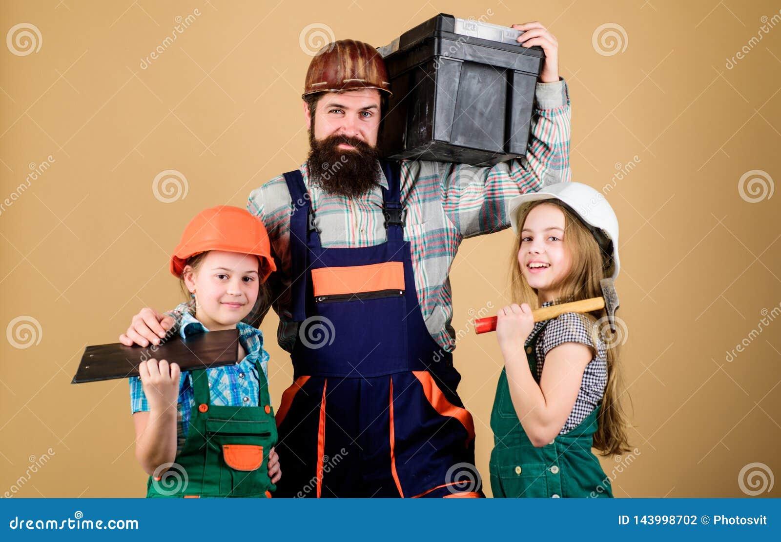 创造您真想要活的室 跟随父亲 父亲建造者孩子女孩 教女儿 不拘形式的教育 父亲