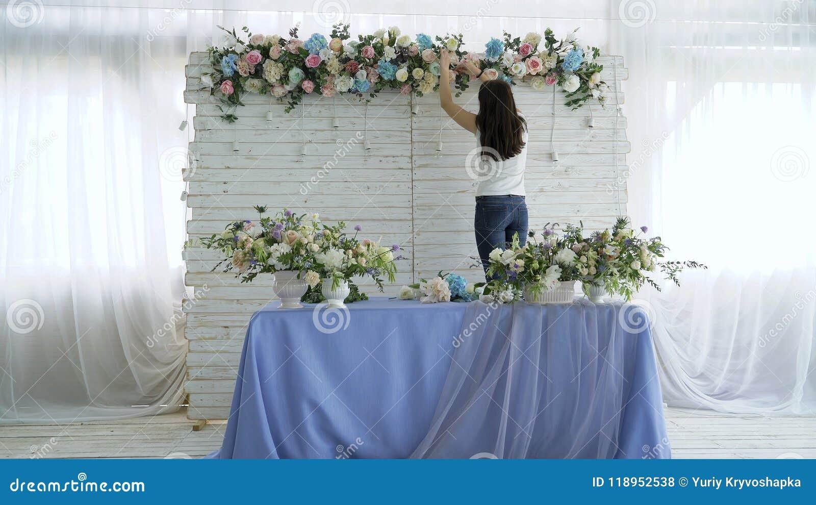 创造春天五颜六色的花束安排的美丽的卖花人