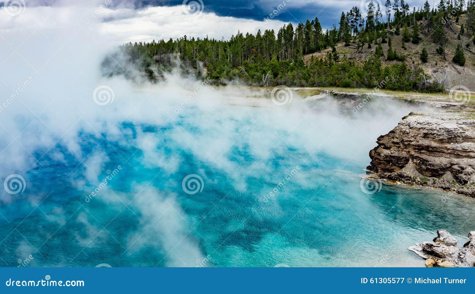 细刨花喷泉火山口在黄石国家公园