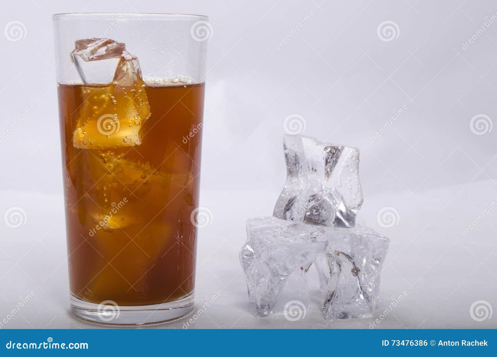 利益和冰的威士忌酒