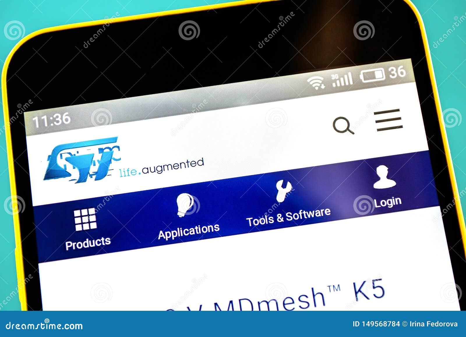 别尔江斯克,乌克兰- 2019年5月3日:STMicroelectronics网站主页 STMicroelectronics商标可看见在手机屏幕