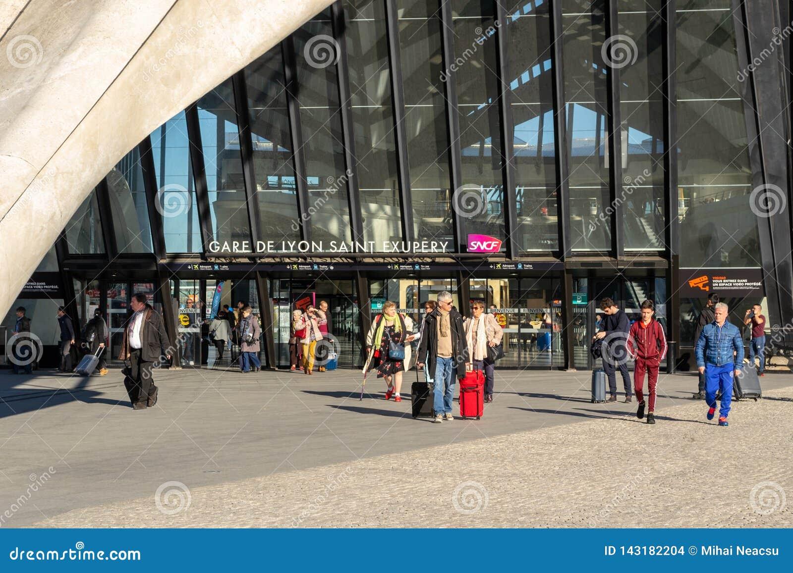到达和离去在Gare de利昂圣徒Exupery SNCF总台的人们,与继续袋子