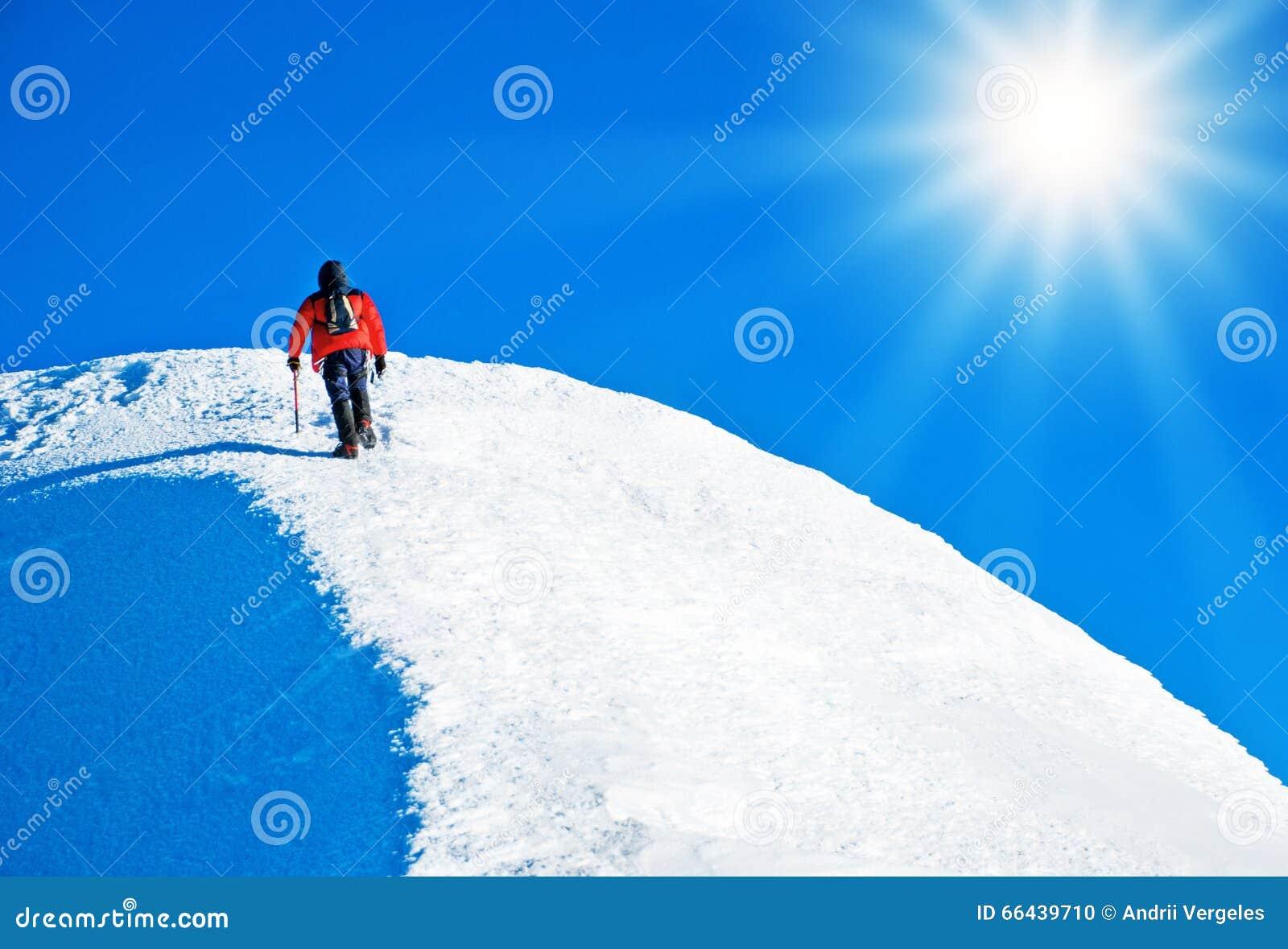 到达山顶的登山人