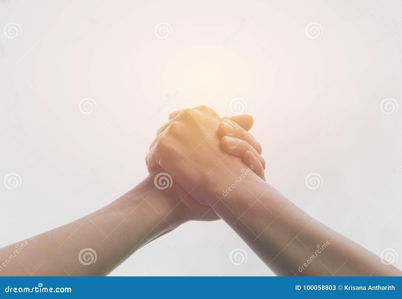 到达往彼此的两只手 配合和帮助
