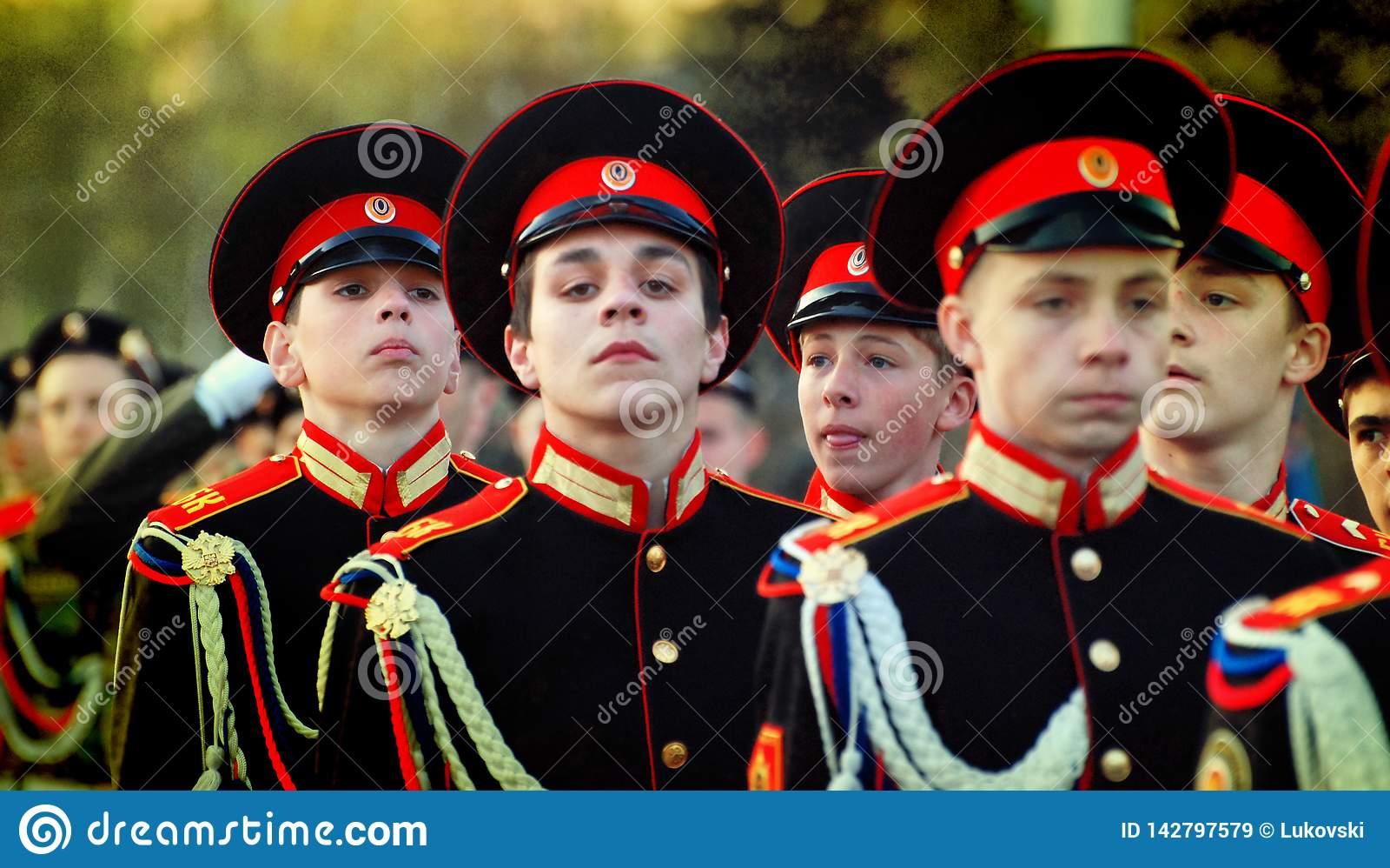 制服的俄国军校学生前进在游行的