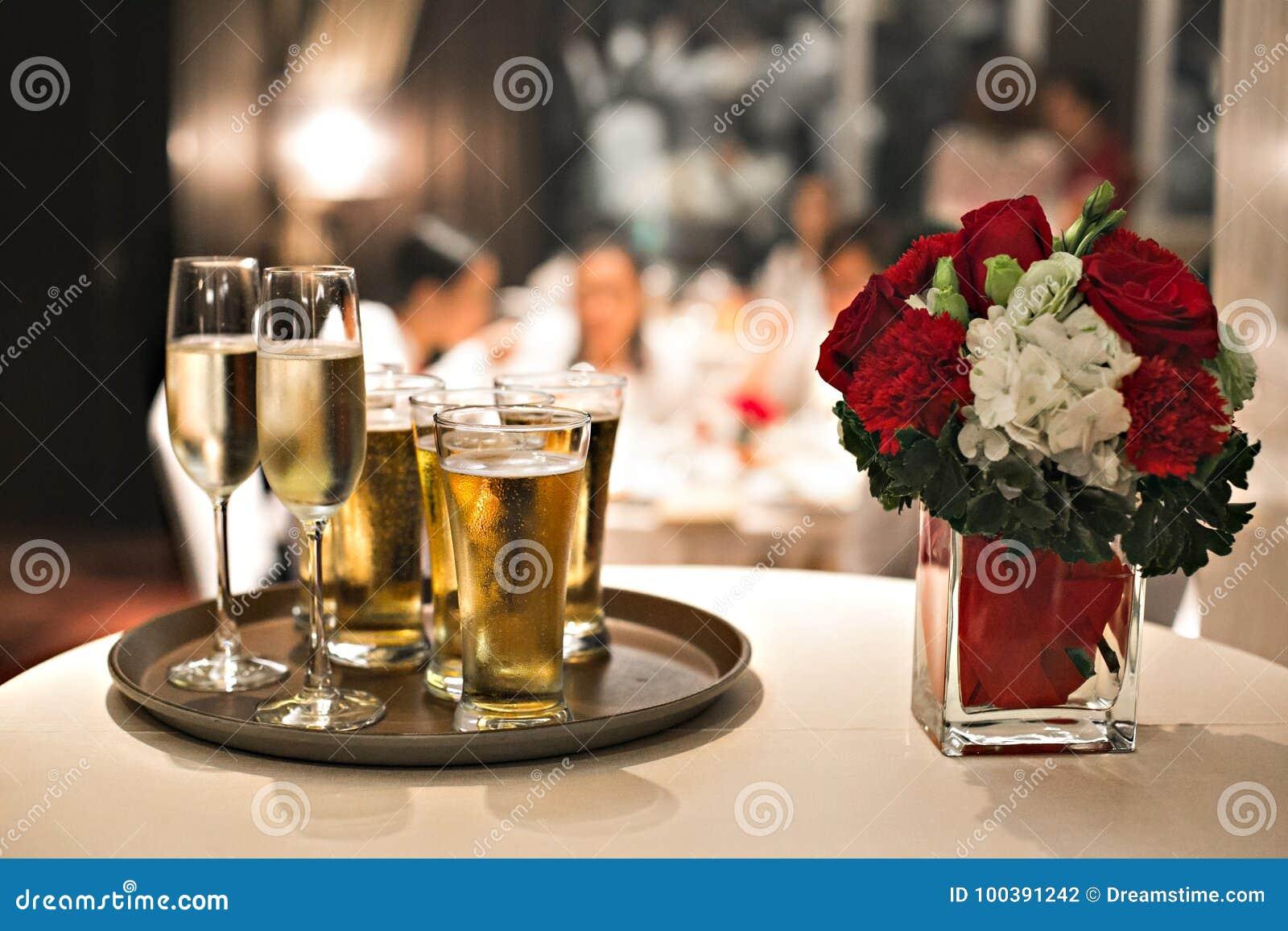 制表婚姻的玻璃晚餐酒餐馆花庆祝圣诞节香槟食物装饰党白色设置