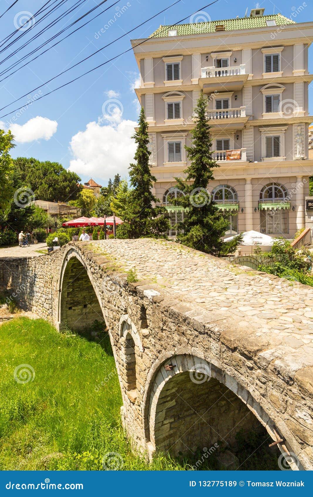 制革工人的桥梁或者Tabak桥梁,一座无背长椅石头曲拱桥梁在地拉纳,阿尔巴尼亚
