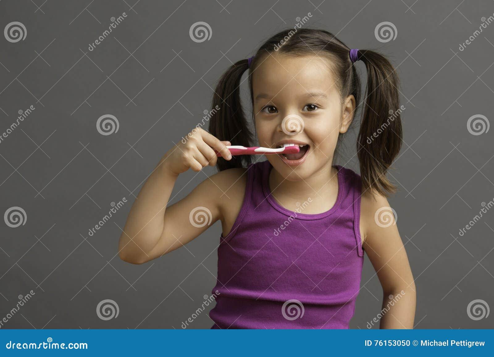 刷她的牙的五岁的孩子