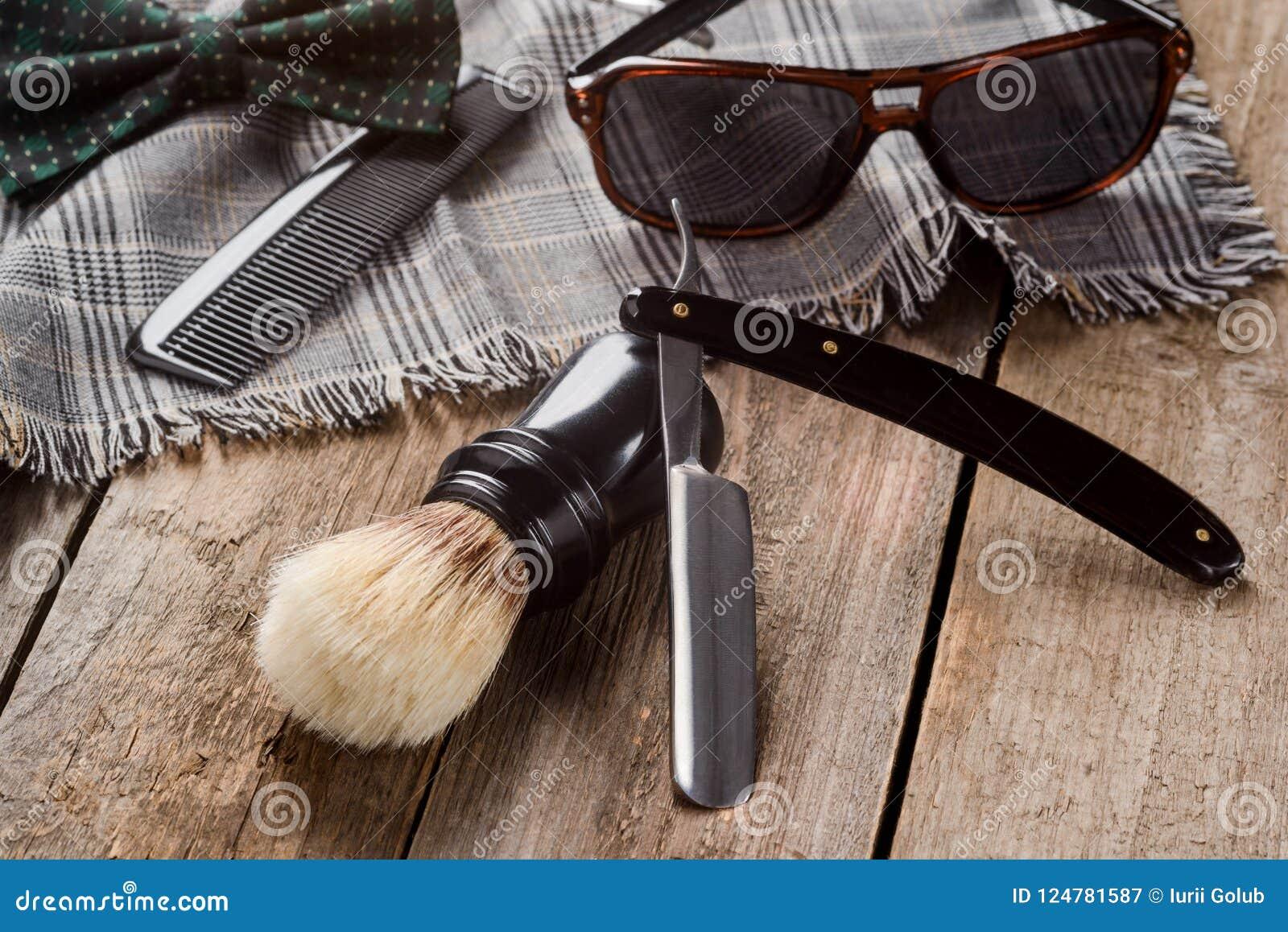 刷子、梳子和格子花呢披肩围巾