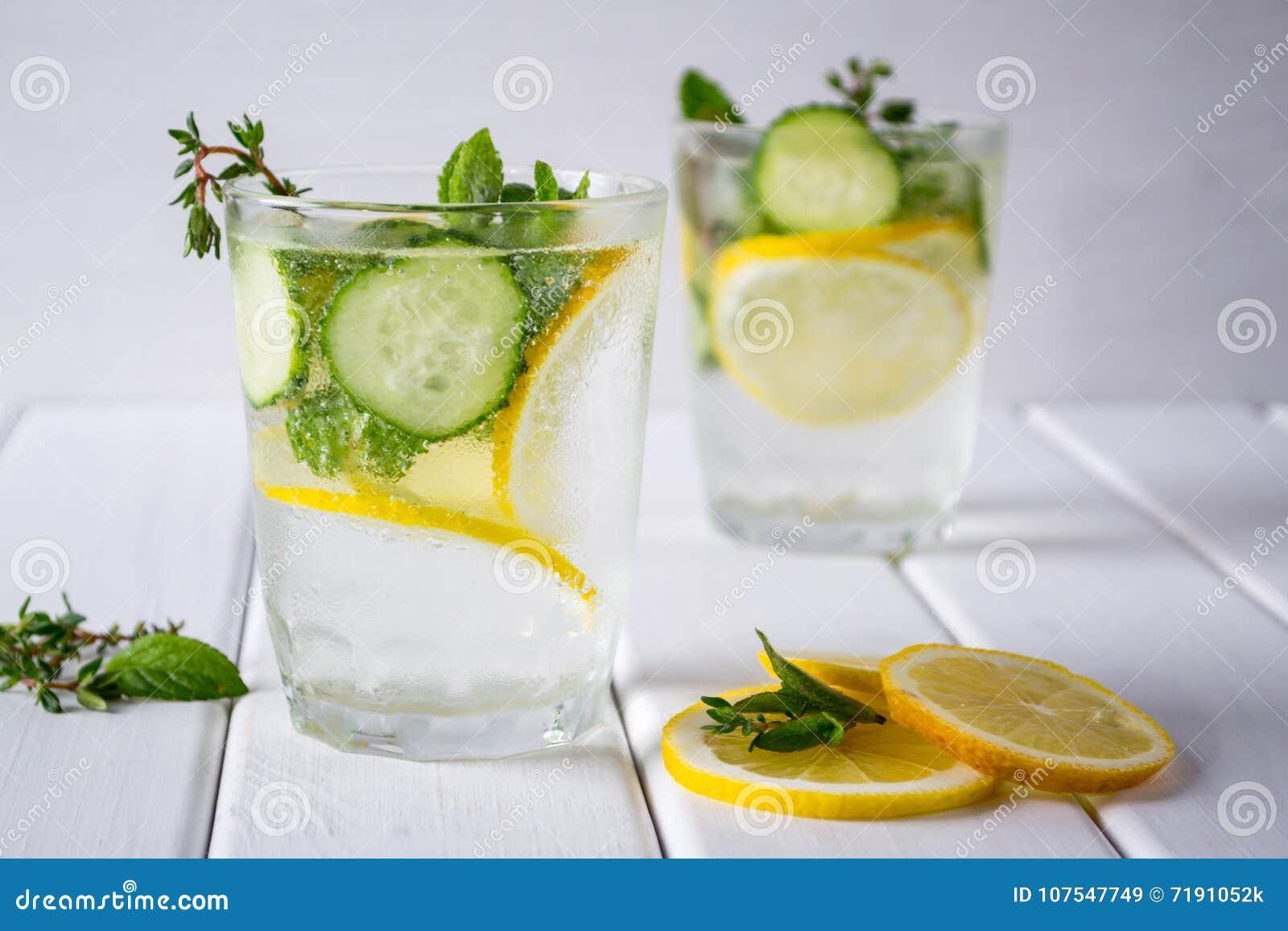 刷新的黄瓜鸡尾酒,柠檬水,在一块玻璃的戒毒所水在白色背景