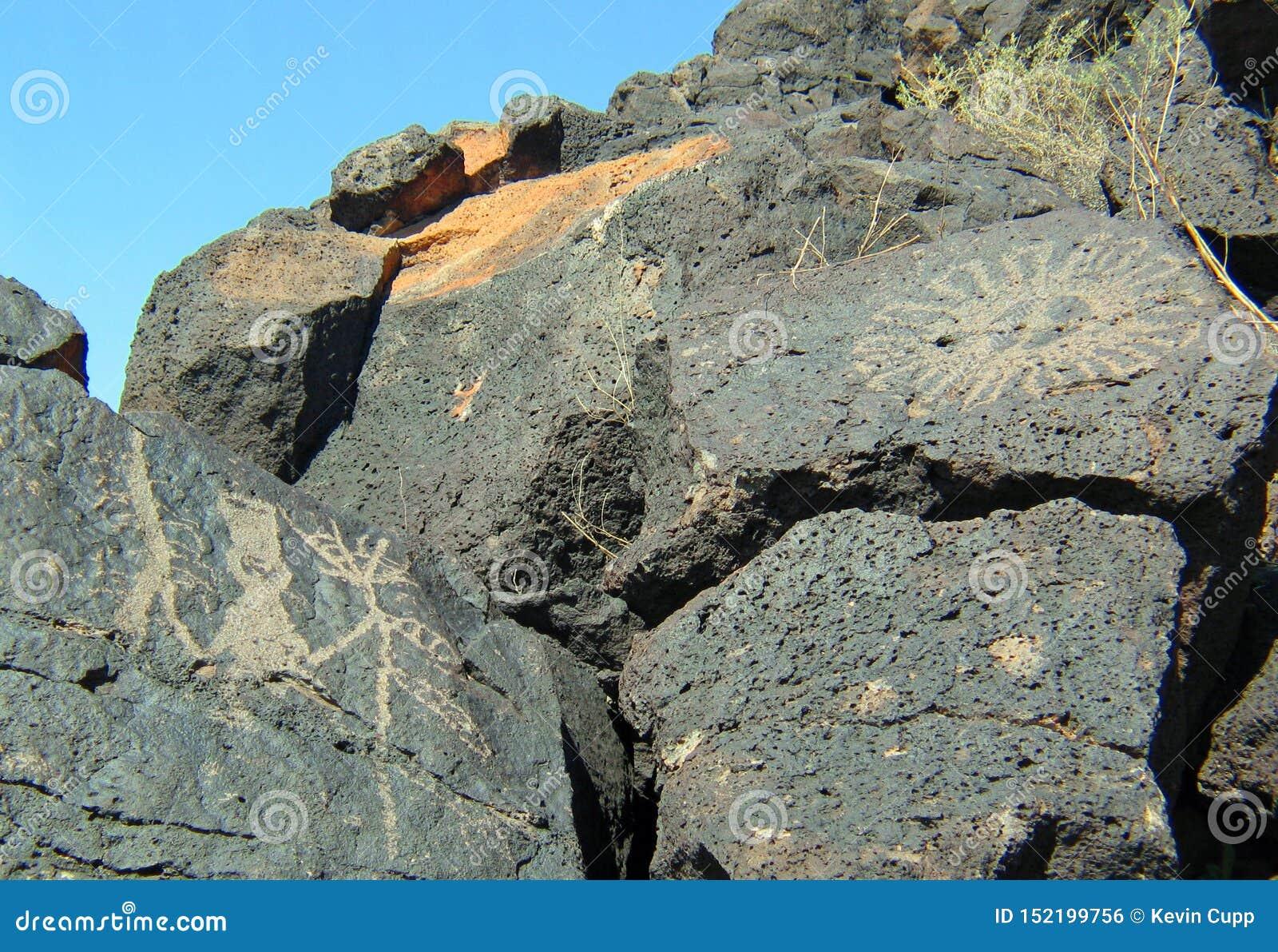 刻在岩石上的文字国家历史文物在新墨西哥