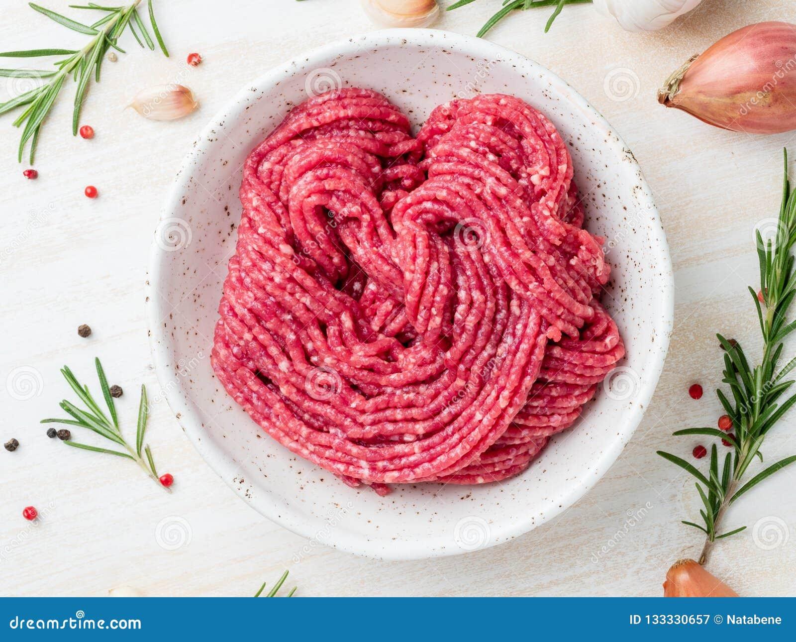 剁碎牛肉,与成份的绞肉烹调的在白色wo