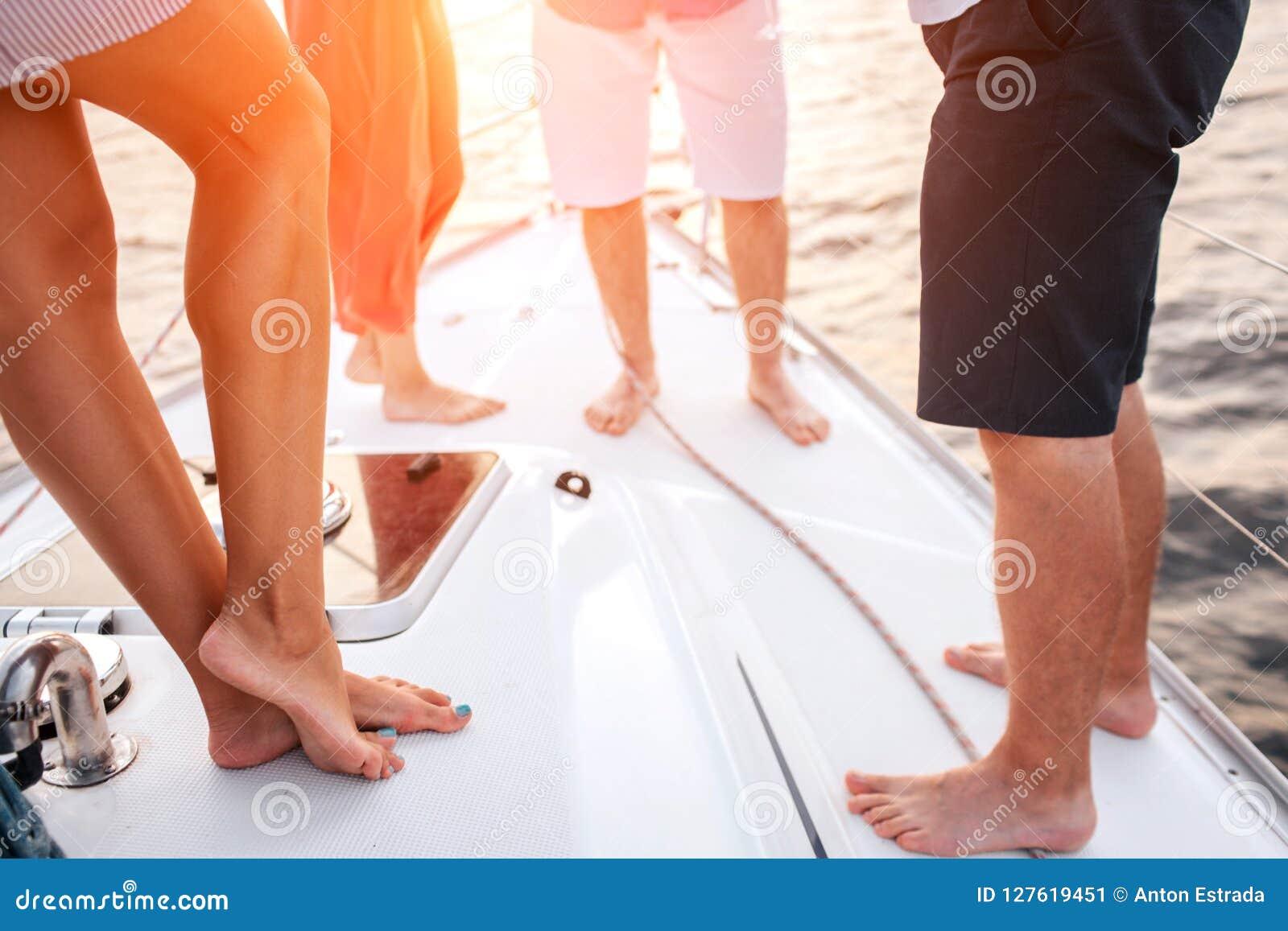 削减人腿看法  两个男人和两名妇女在彼此前面站立 他们一起花费时间