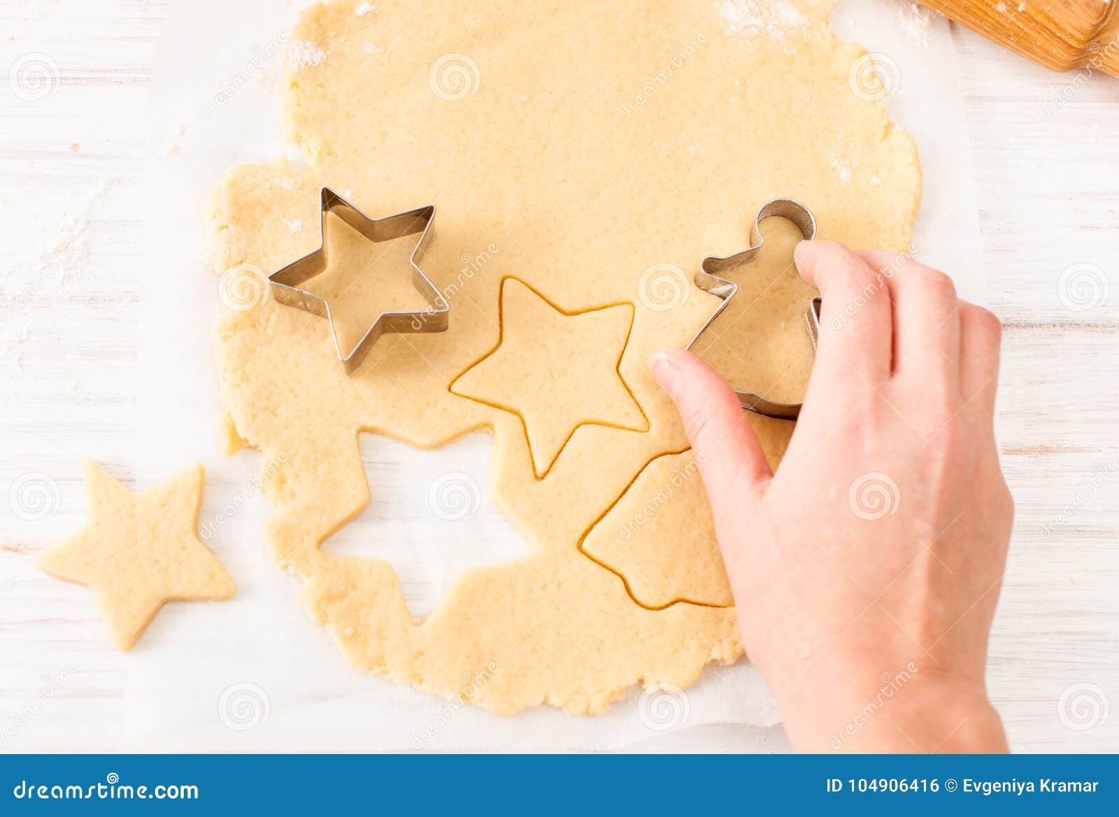 削减从面团的曲奇饼形状在白色桌上 与拷贝空间的看法