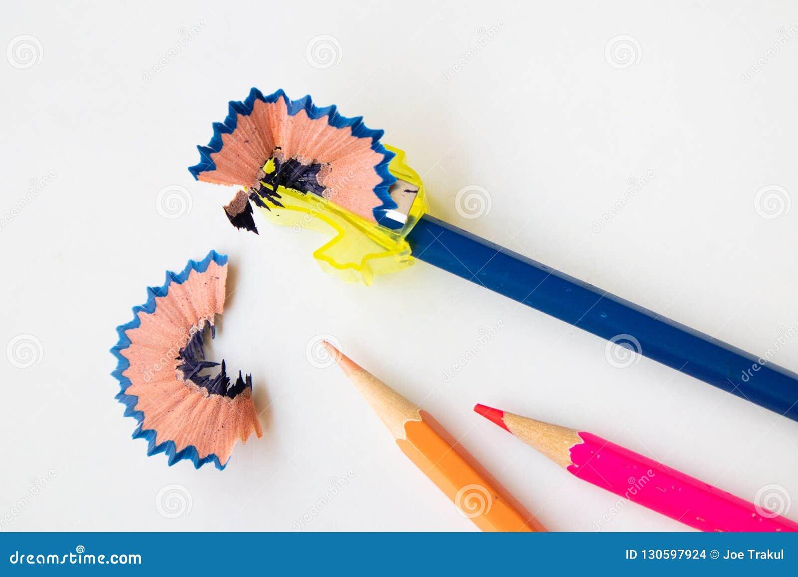 削尖有磨削器的颜色铅笔