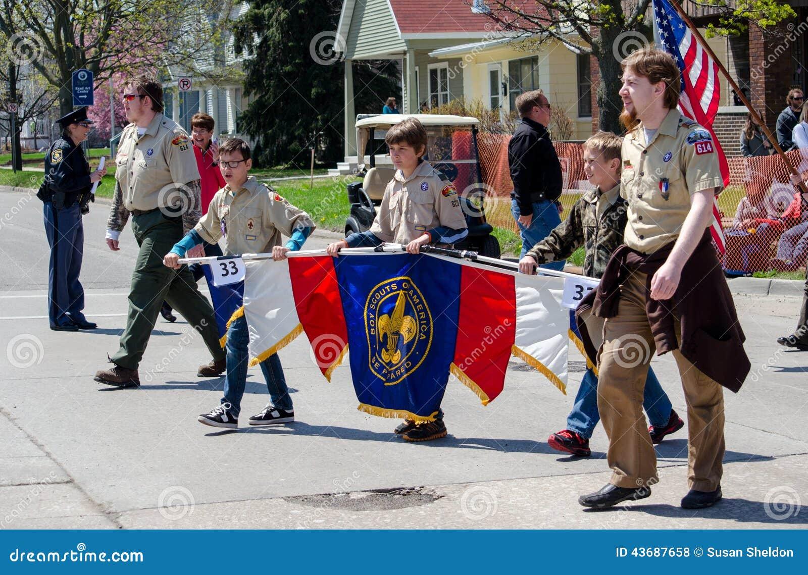 前进在游行的童子军