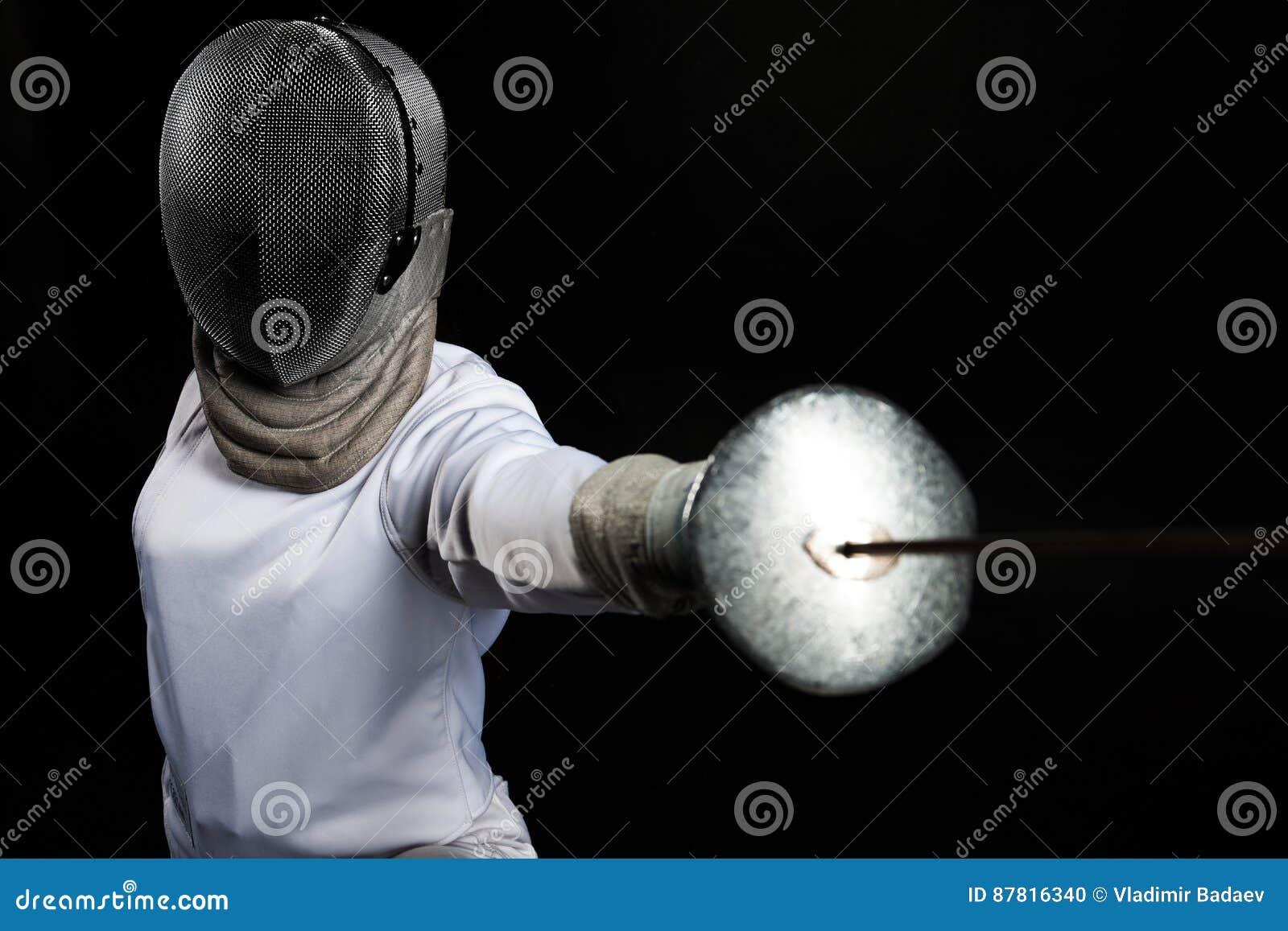 击剑者妇女佩带的白色操刀的服装画象实践与剑的 查出在黑色背景