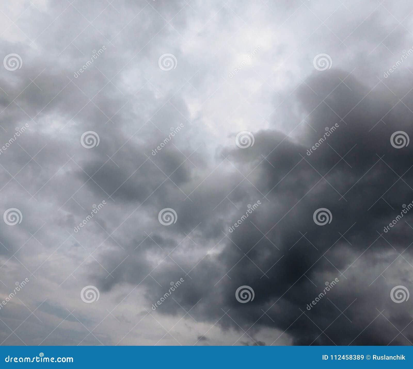 剧烈的多雨天空