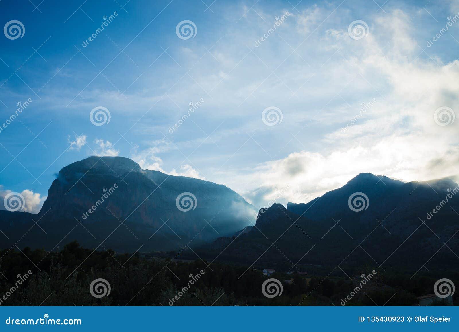 剧烈的天空cloudscape