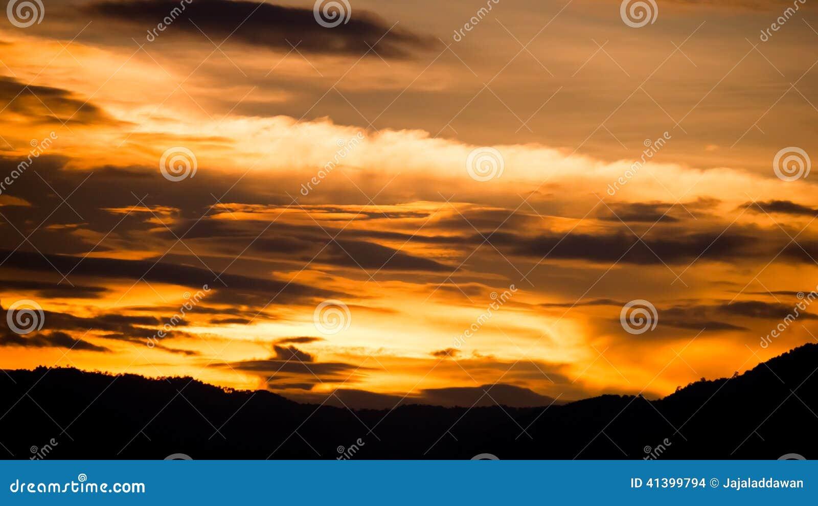 剧烈的金黄天空