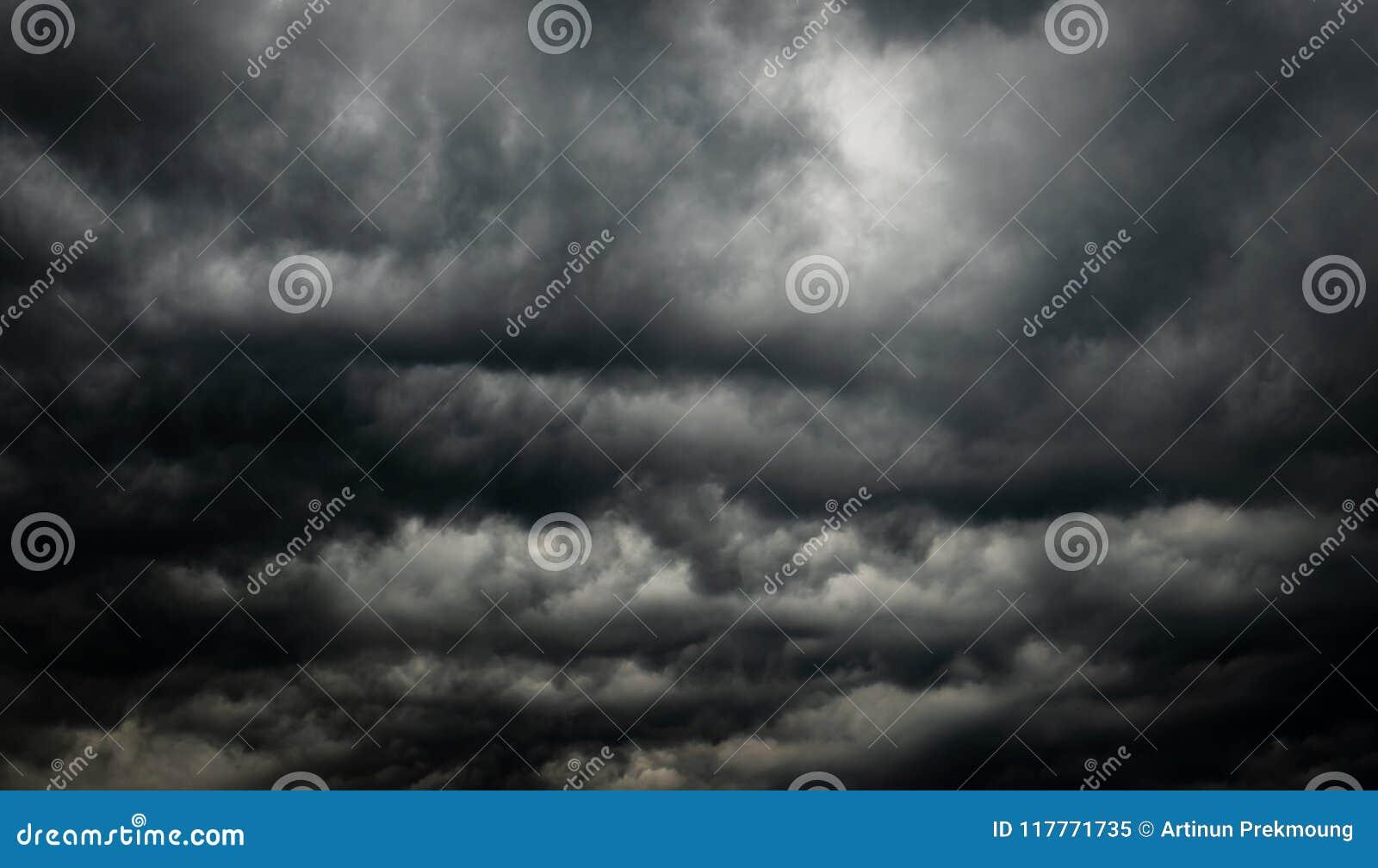 剧烈的黑暗的天空和云彩 背景多云天空 在雷暴和雨前的黑天空 死亡的背景,哀伤,追悼
