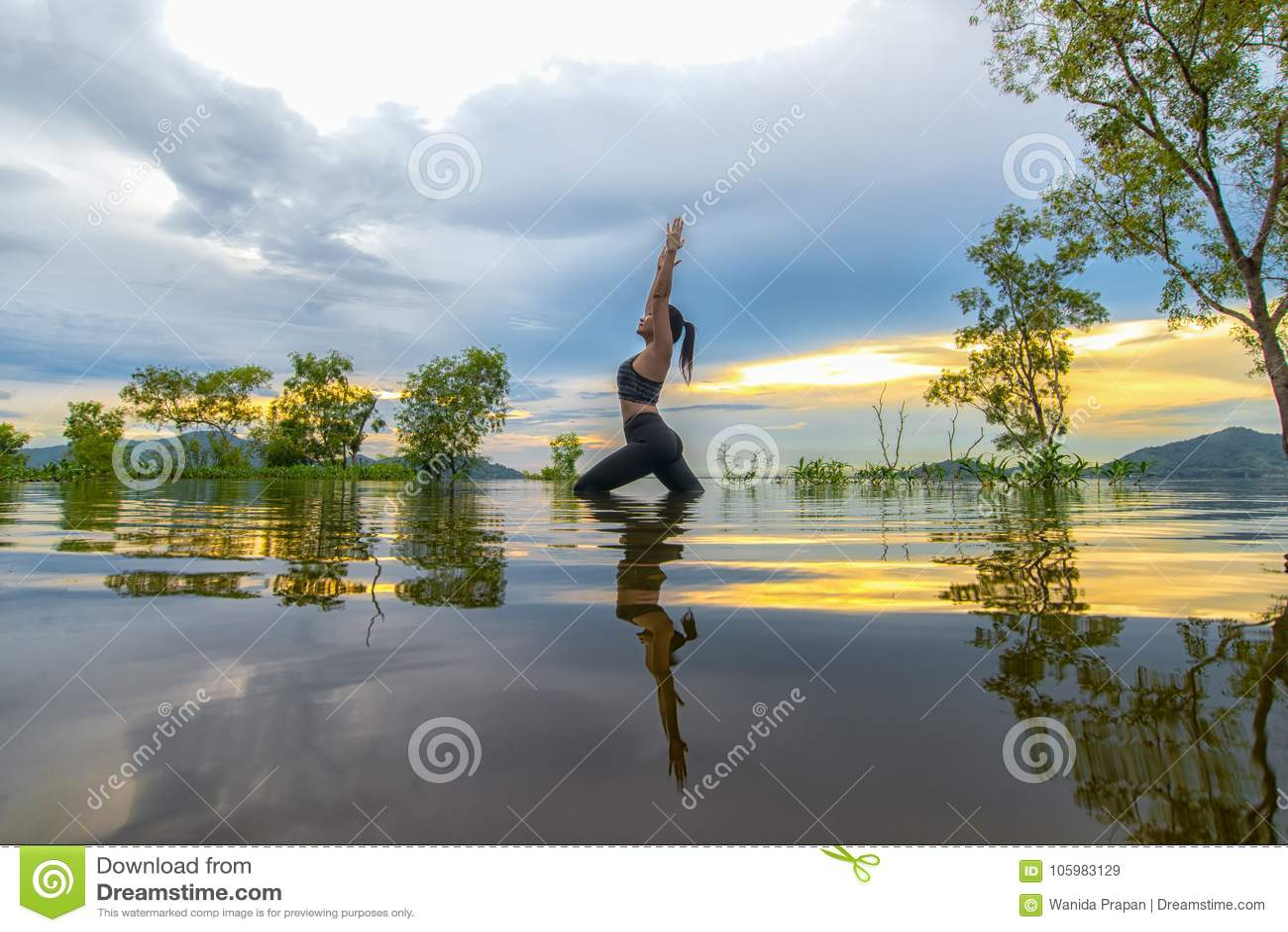 剪影少妇生活方式行使重要思考,并且实践反射在水洪水在水库, backgr的树