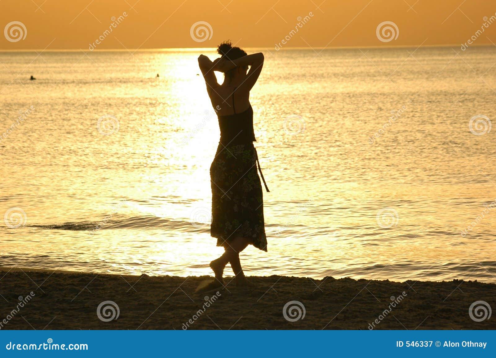 Download 剪影日落 库存图片. 图片 包括有 人们, 女性, 天空, 夏天, 妇女, 作用, 火箭筒, 形状, 放松, bren - 546337