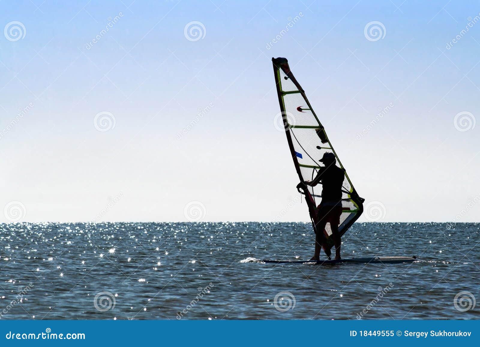 剪影风帆冲浪者