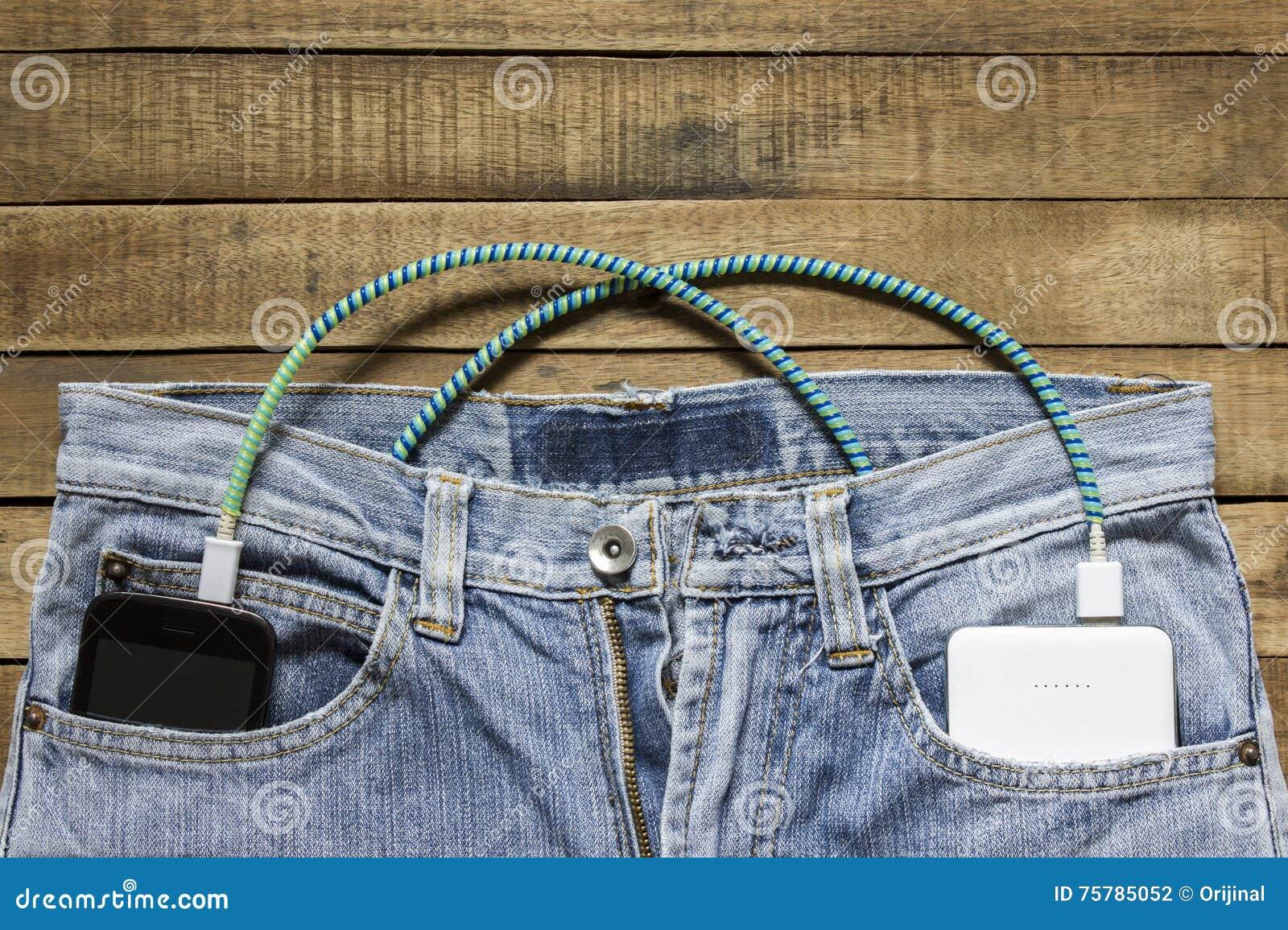 力量银行在牛仔裤的后面口袋在,在其他是暴民