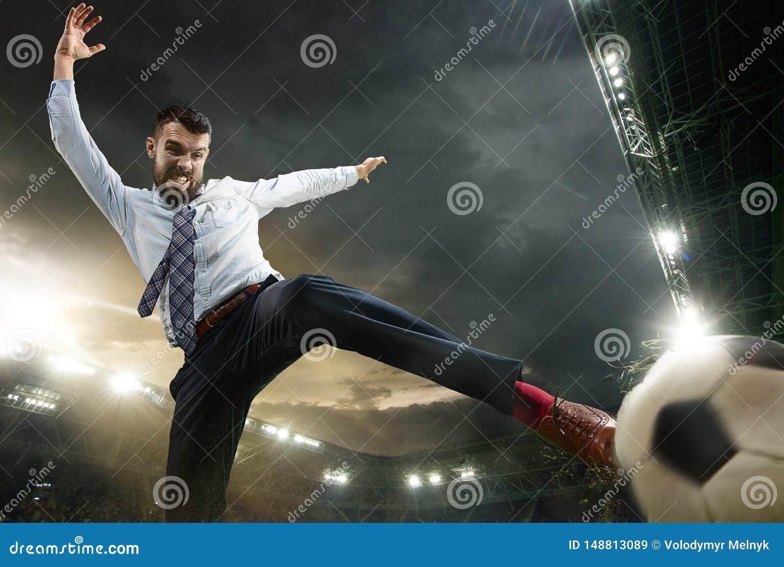 办公室体育场的人作为足球或足球选手