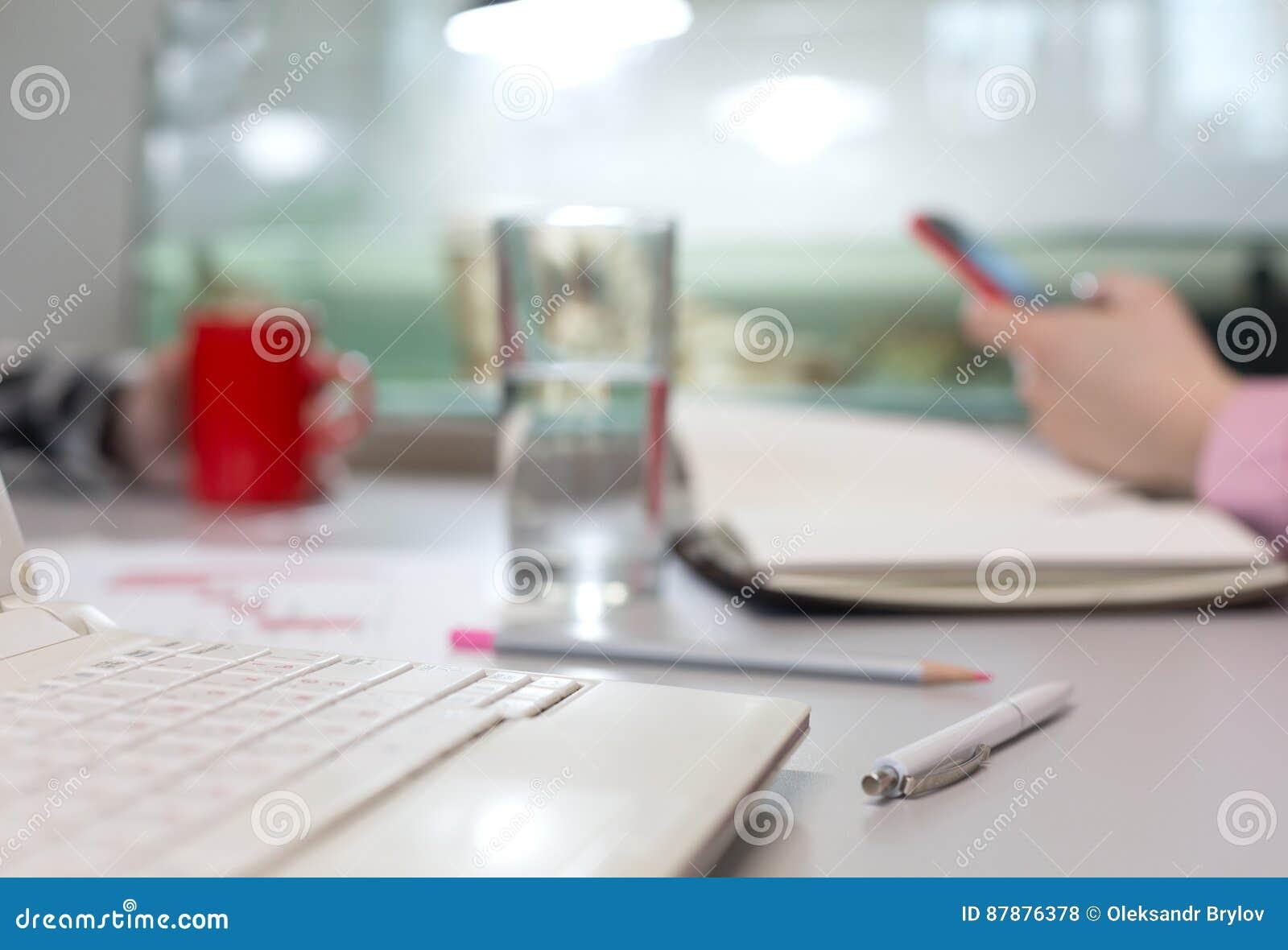 办公室生活概念-水和文具计算机杯