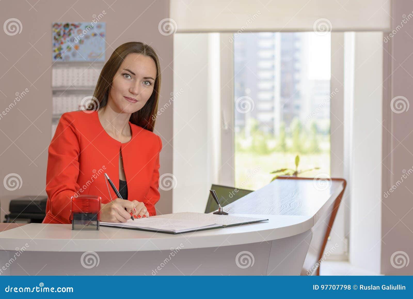 办公室邮票的少妇秘书对文件