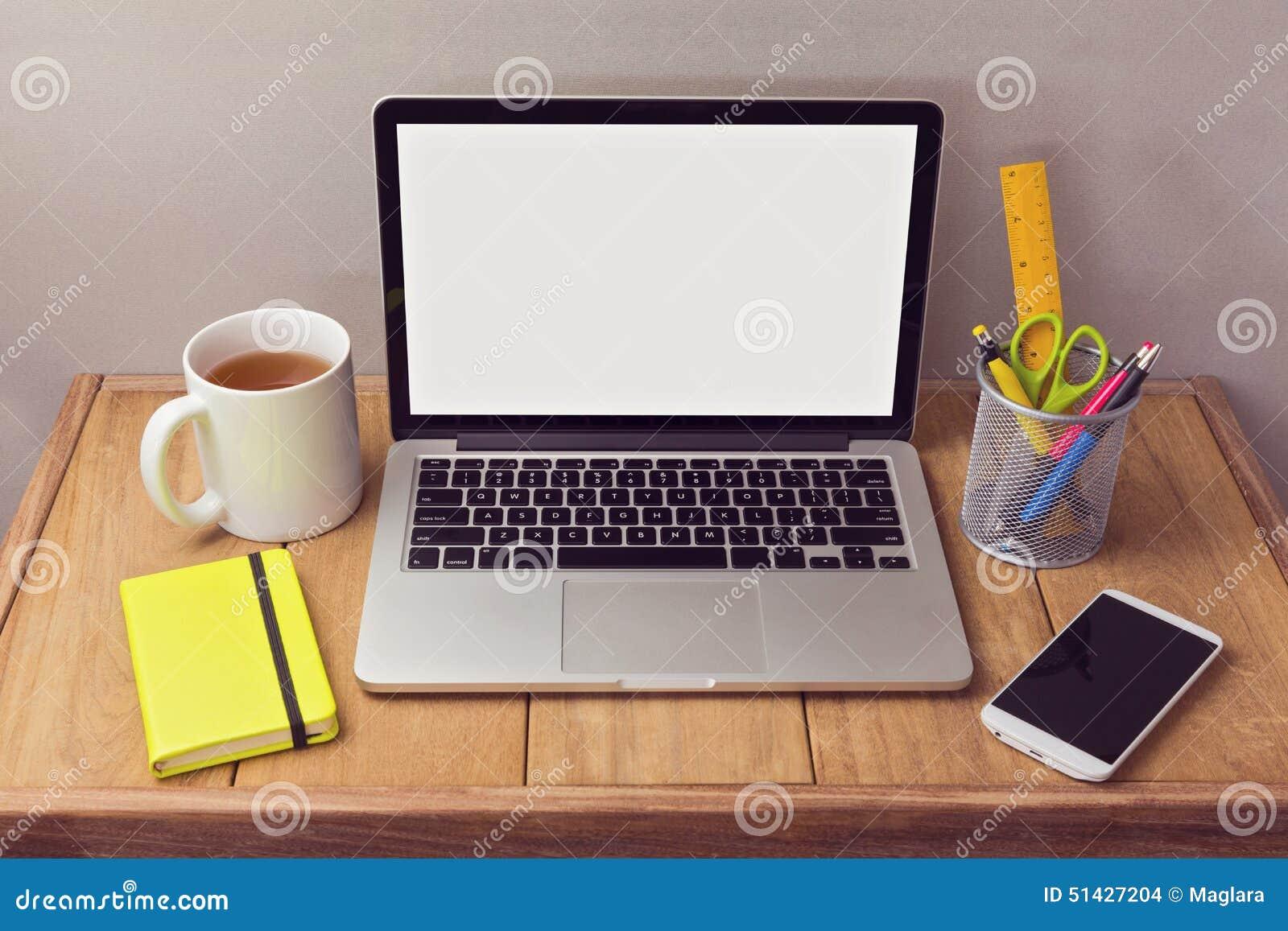 办公桌嘲笑与膝上型计算机和办公室项目